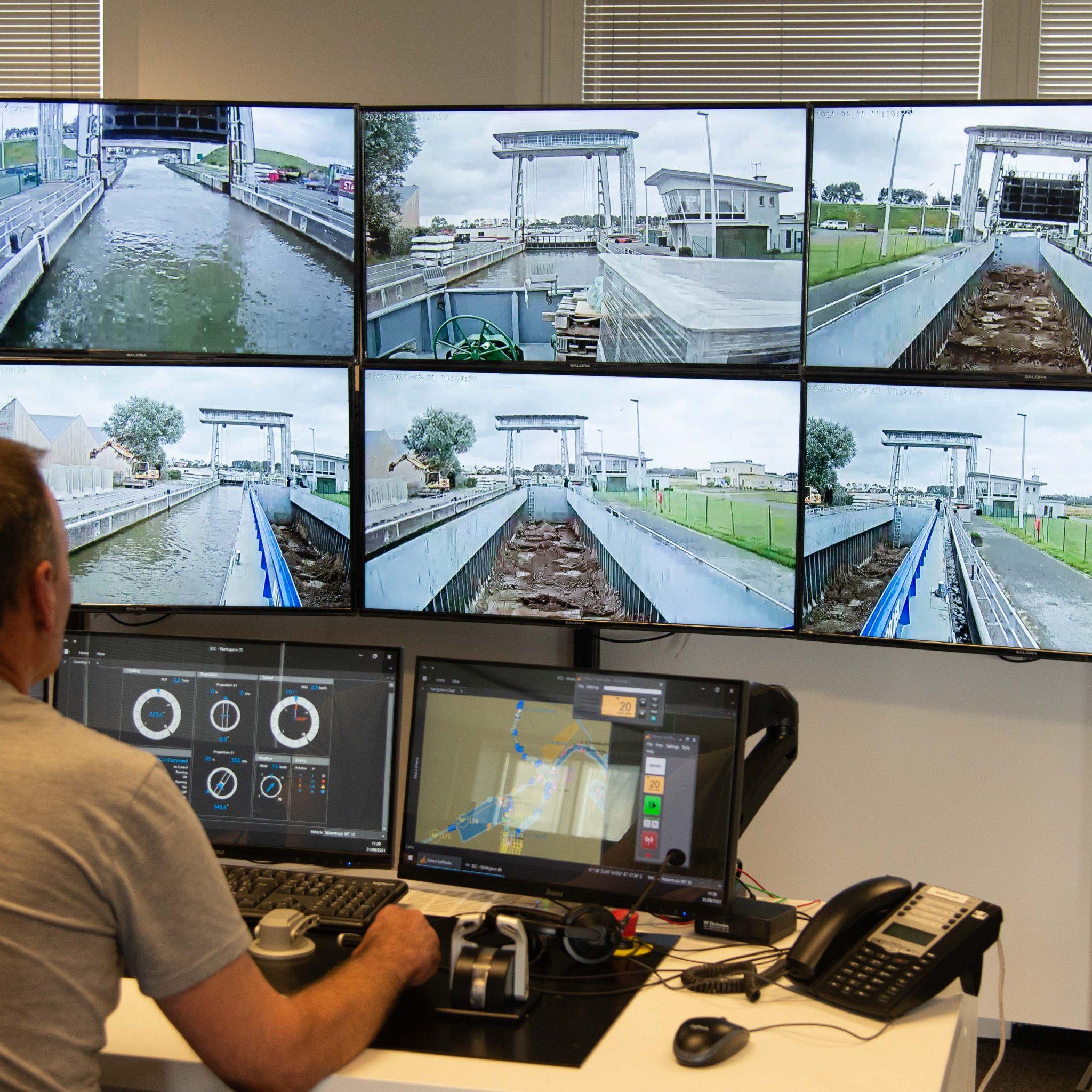 Een bedienpost in het Shore Control Center lijkt op een lessenaar in de stuurhut van een schip. (Foto's Bart Oosterveld)