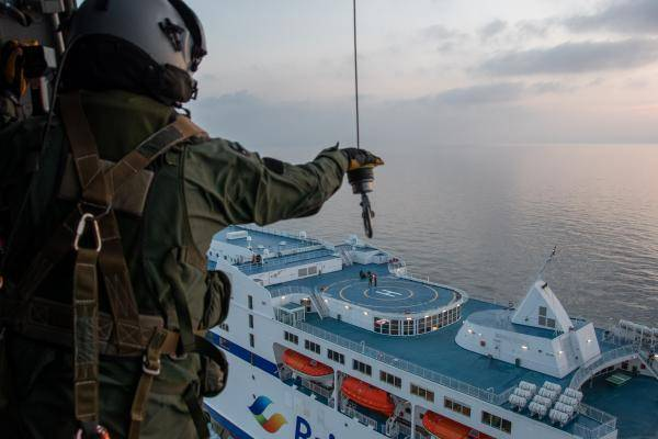 Marinehelikopter takelt bemanningslid van Franse ferry Mont Saint Michel van boord. (Foto Marine Nationale)