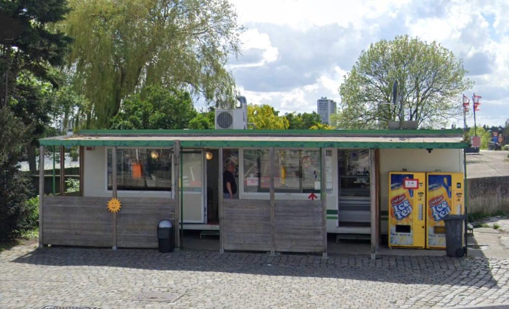 Het frietkot aan de Royerssluis. (Foto Google Maps)