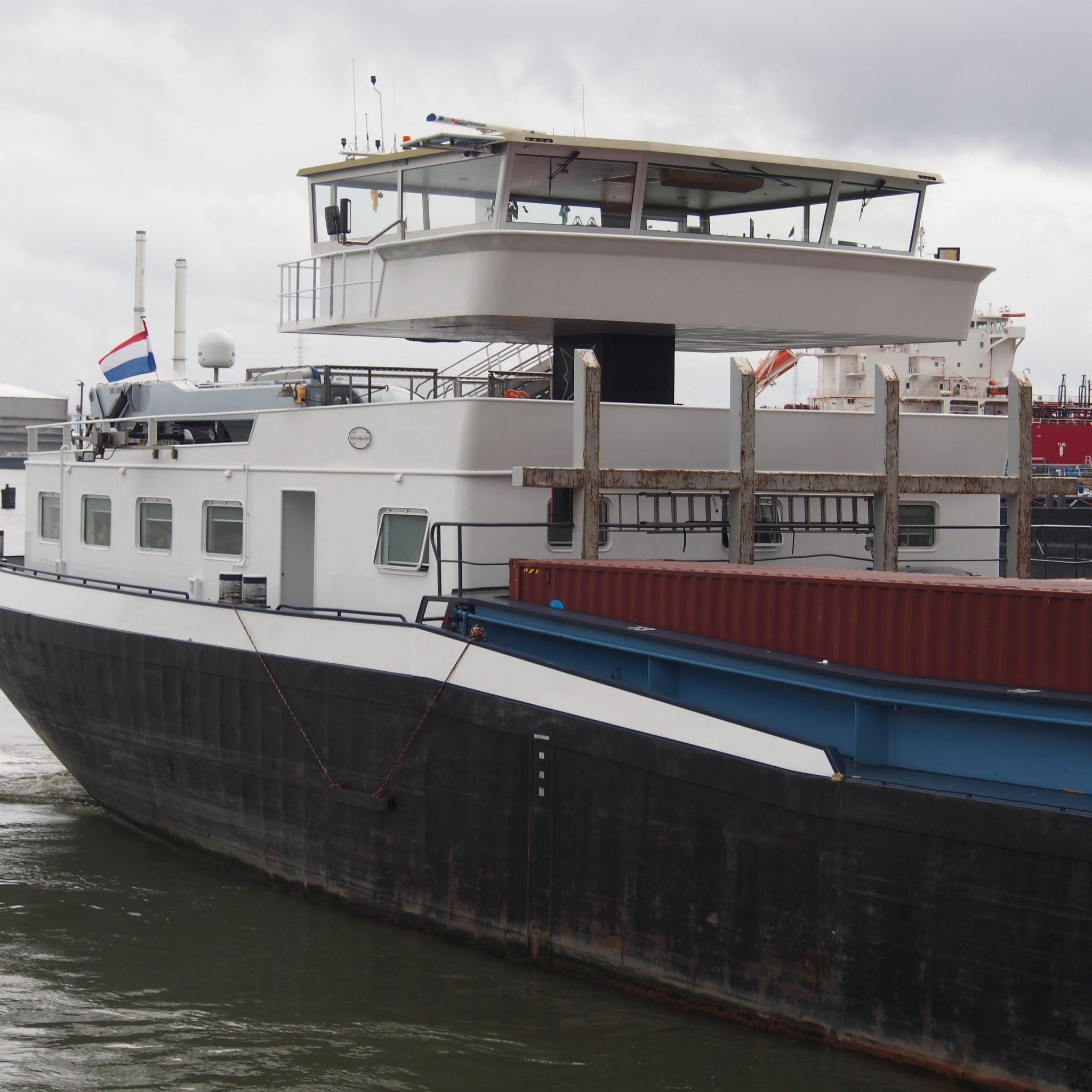 Een binnenvaartschip bij de Van Cauwelaertsluis in Antwerpen. (Foto Alf van Beem)
