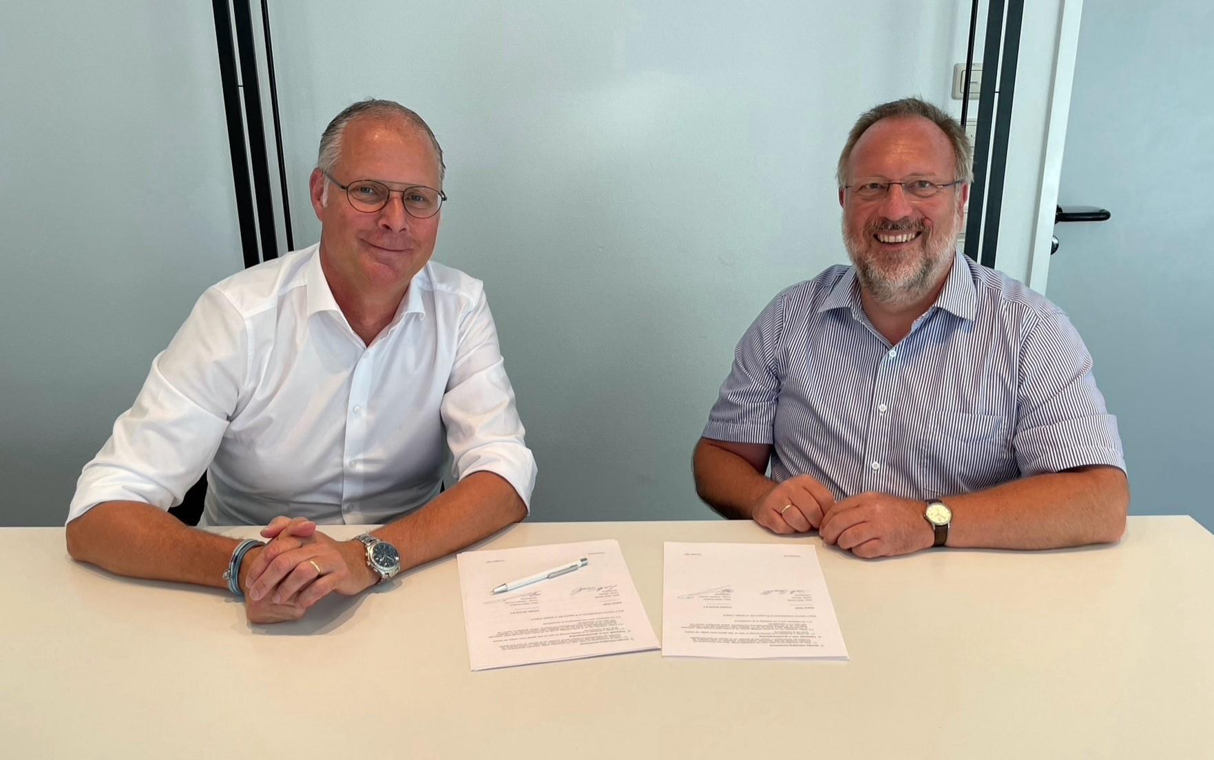 Technisch Directeur Desire Savelkoul van CoVadem en Martin Sandler, bedrijfsleider bij Argonav ondertekenen de samenwerking. (Foto CoVadem)