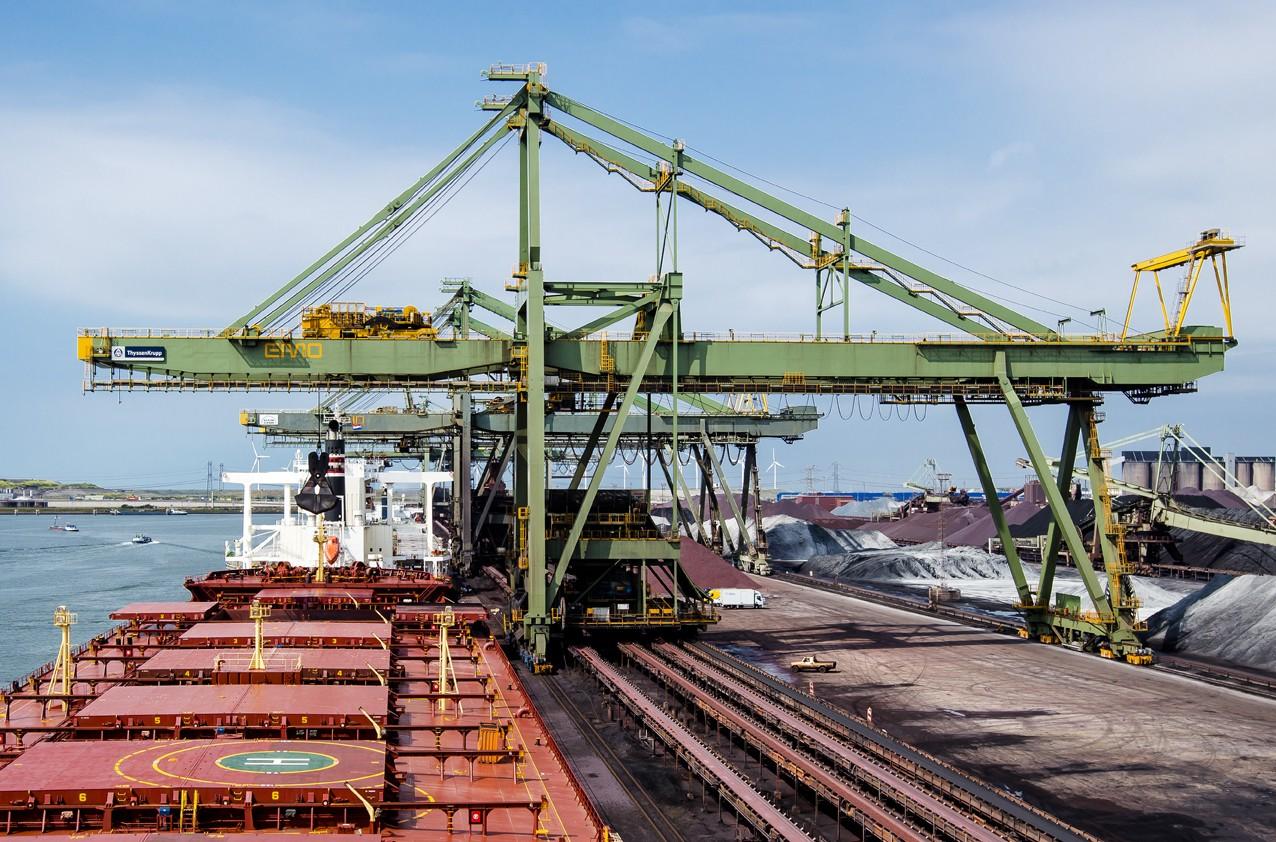 Bij de EMO werden deze week vooral kolen gelost door zeeschepen. (Foto EMO)