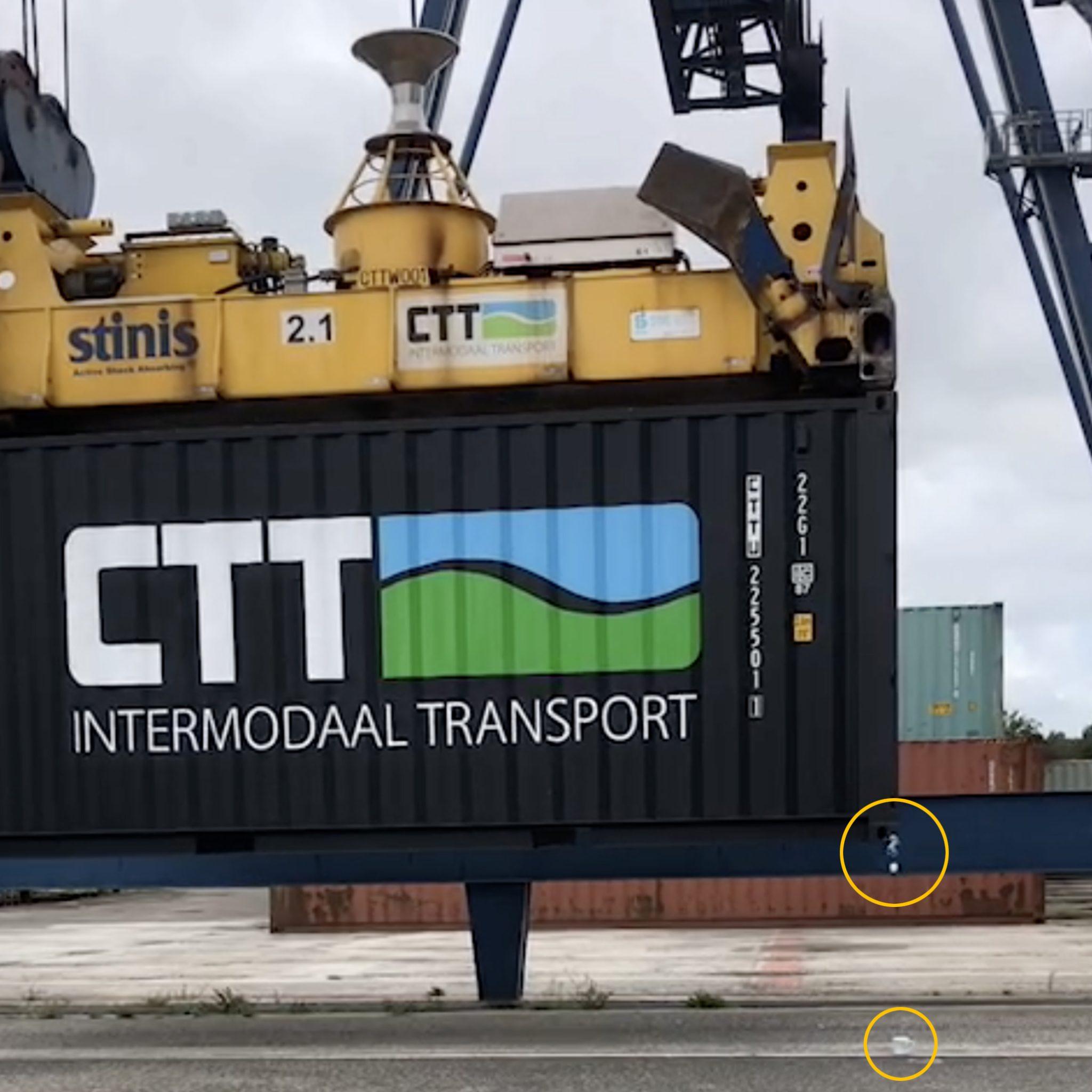 Met grote precisie laat kraanmachinist Patrick Wessels van Combi Terminal Twente zijn theezakje in het glas zakken. (Foto CTT)