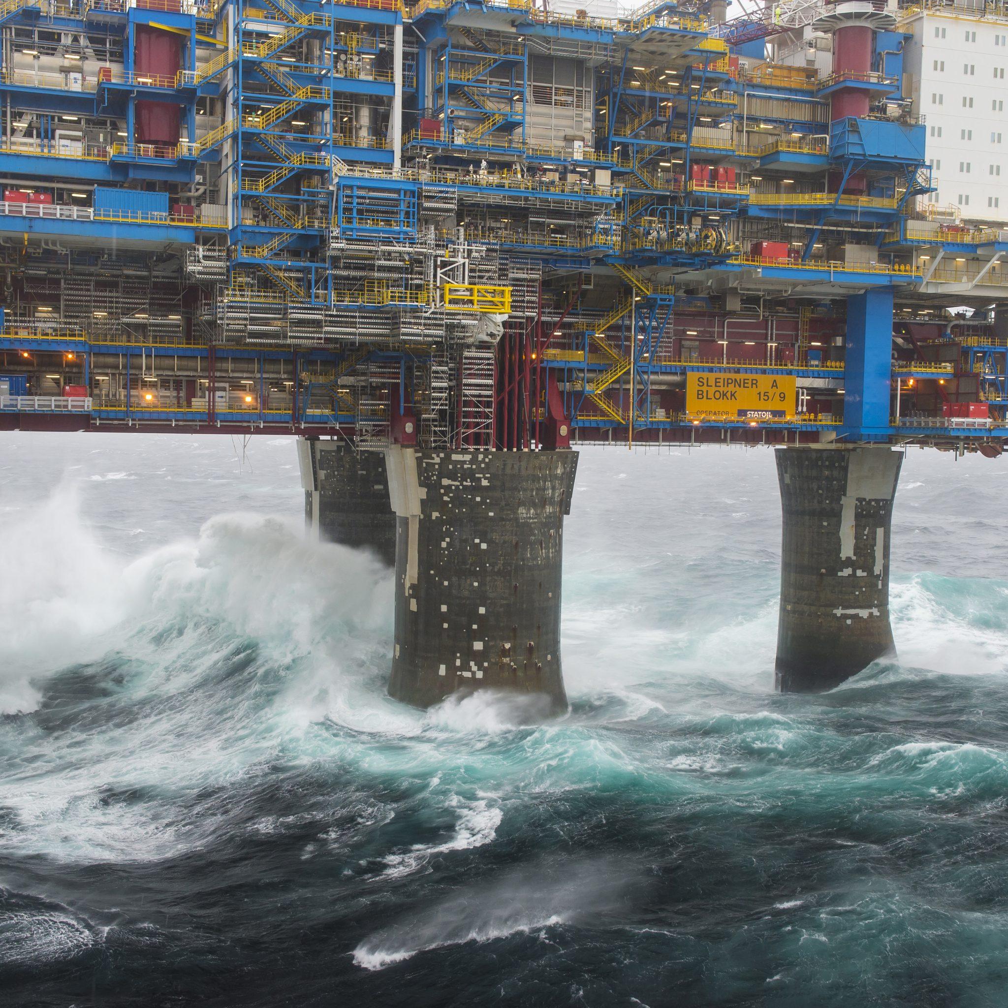 Het is nog steeds onvoldoende bekend wat precies de belasting is van de kracht van golven die tegen offshore constructies slaan. Omdat de gevolgen enorm kunnen zijn doen de Noorse Universiteit voor Wetenschap en Technologie (NTNU) en het Noorse onderzoeksinstituut SINTEF onderzoek. (Foto Equinor)
