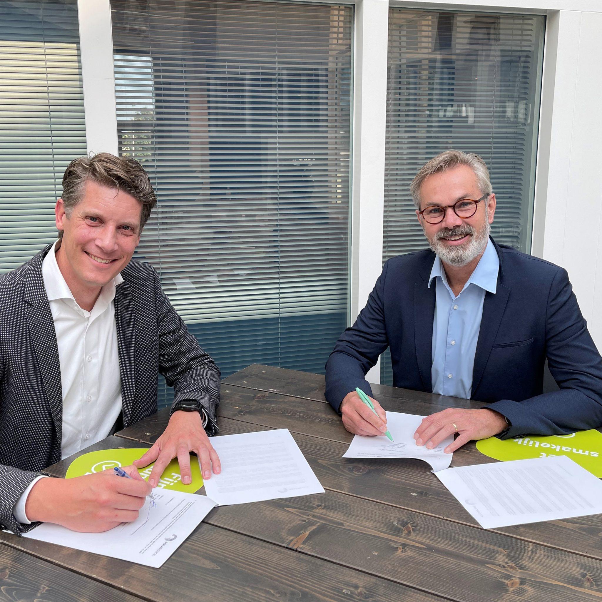 CEO Koen Burgers van SolarDuck en directeur Hans Rijntalder van Pandora ondertekenen de samenwerkingsovereenkomst voor meer Offshore Floating Solar.