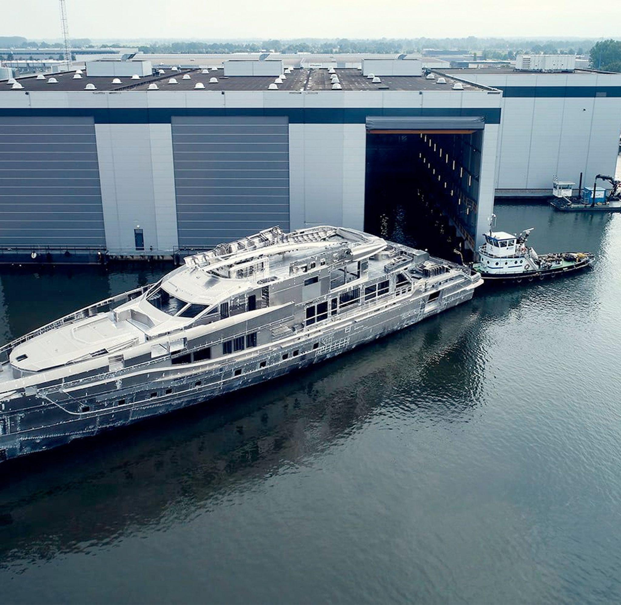 Project Skyfall wordt loods negen van de werf in Oss klaar ingevaren waar het jacht in het voorjaar van 2023 pas weer uit komt voor intensieve proeven op de Noordzee. (Foto Heesen)