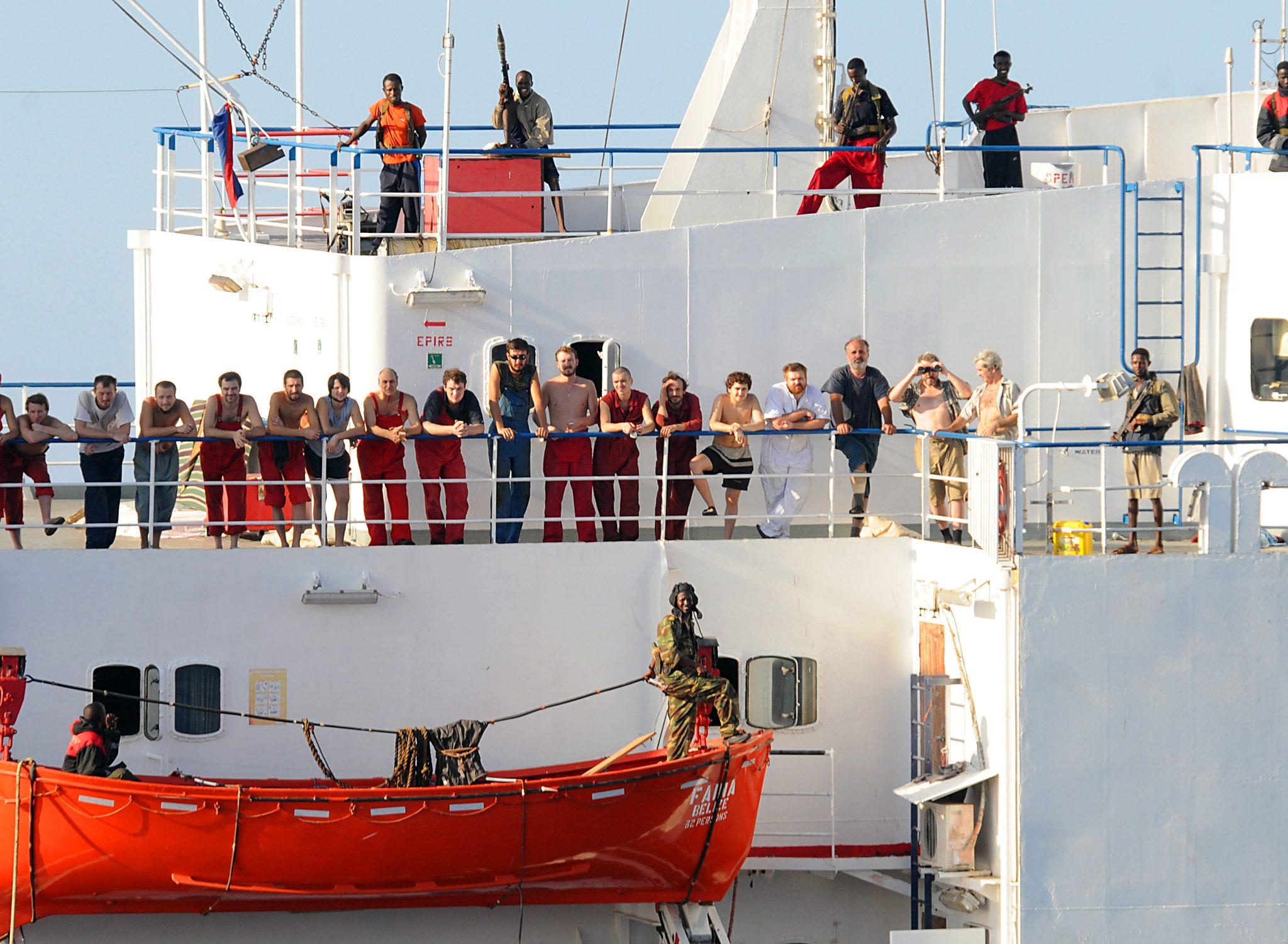 Ter illustratie: Piraten aan boord van de Faina. (Foto Wikipedia)