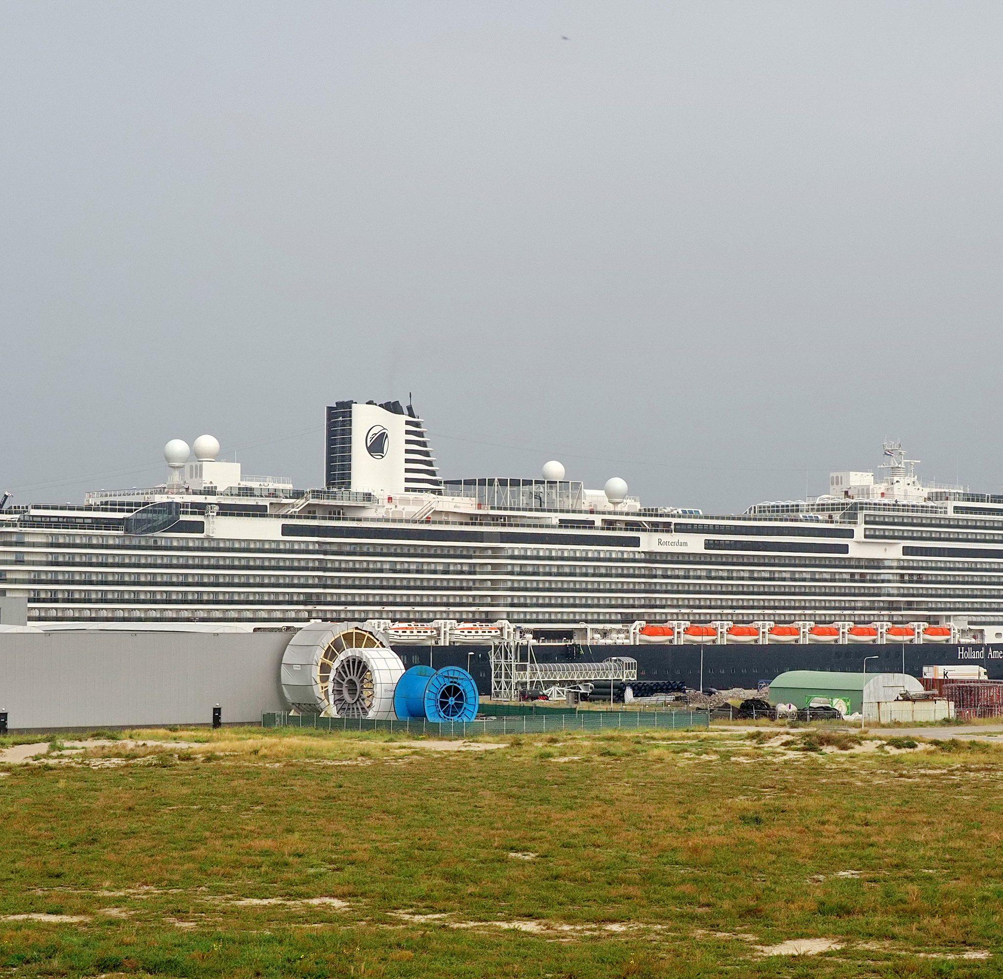 Het 297-meter lange schip ligt momenteel in IJmuiden. (Ko van Leeuwen / Wandfoto.nl)