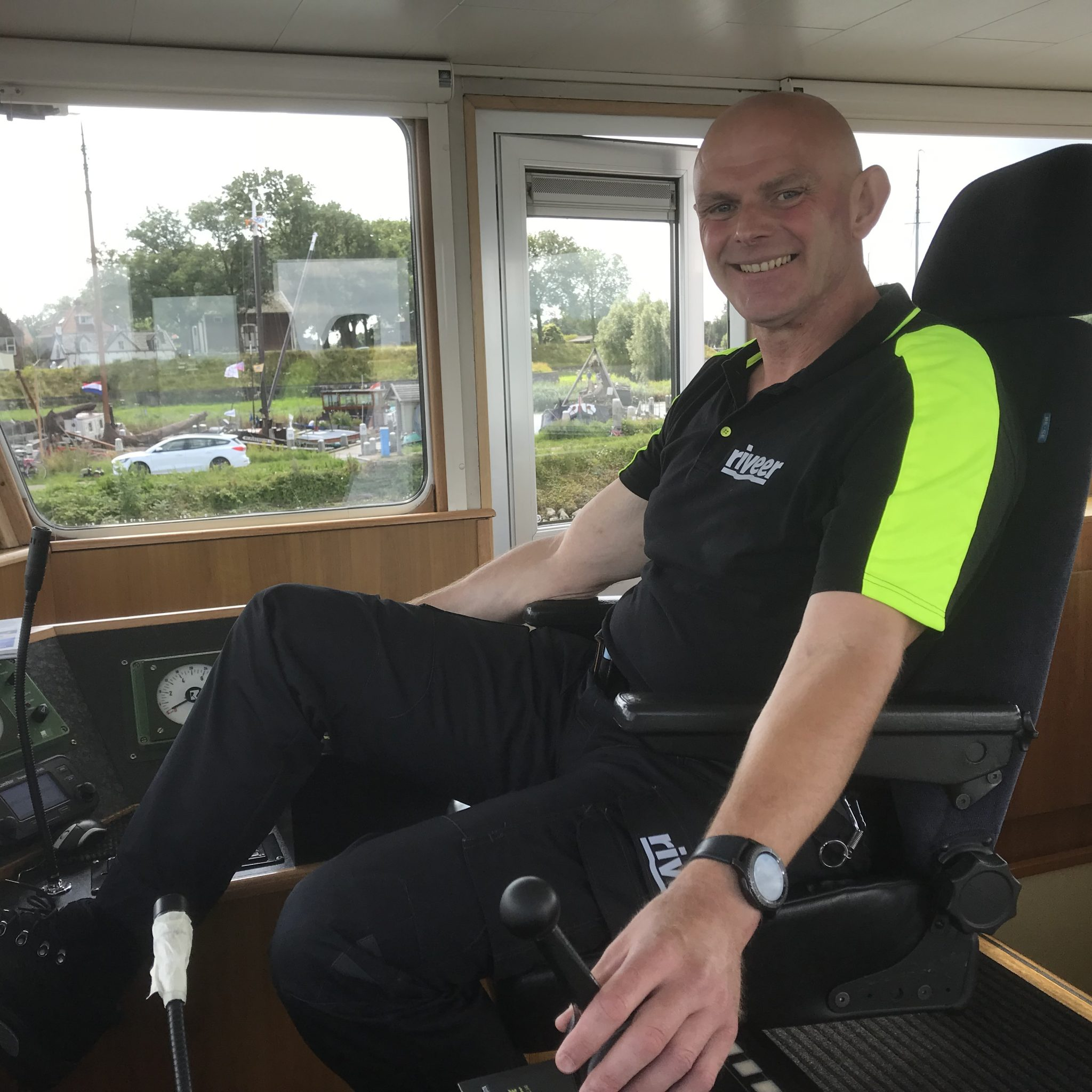 Schipper Cor van der Knijff: 'Ik wilde liever elke avond thuis zijn, nu kan ik op het fietsje naar mijn werk.' (Foto Hannie Visser-Kieboom)