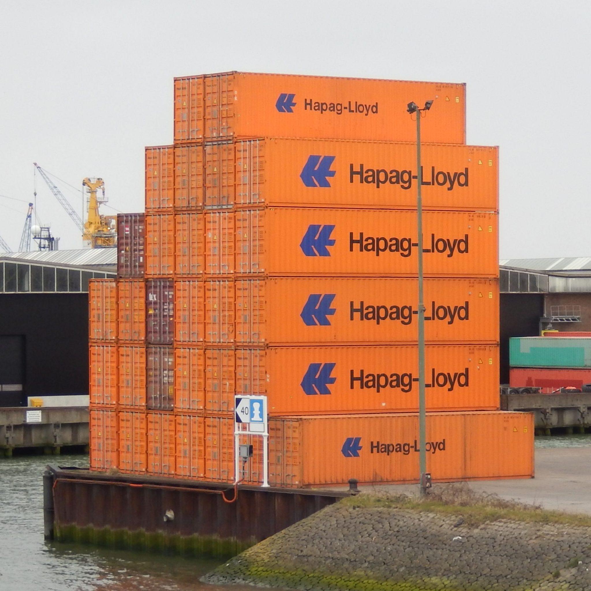 Hapag Lloyd-containers in de haven van Rotterdam. (Foto Wikimedia/Gerd Fahrenhorst)