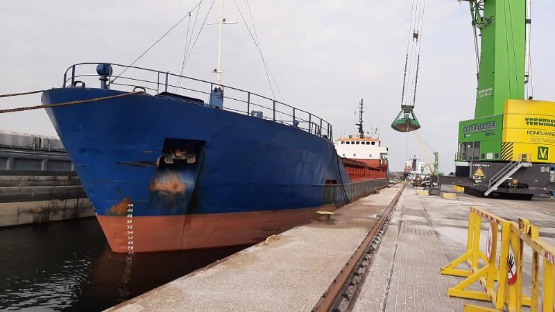 Het schip ligt voorlopig nog aan de ketting. (Foto Landelijke Eenheid Politie)
