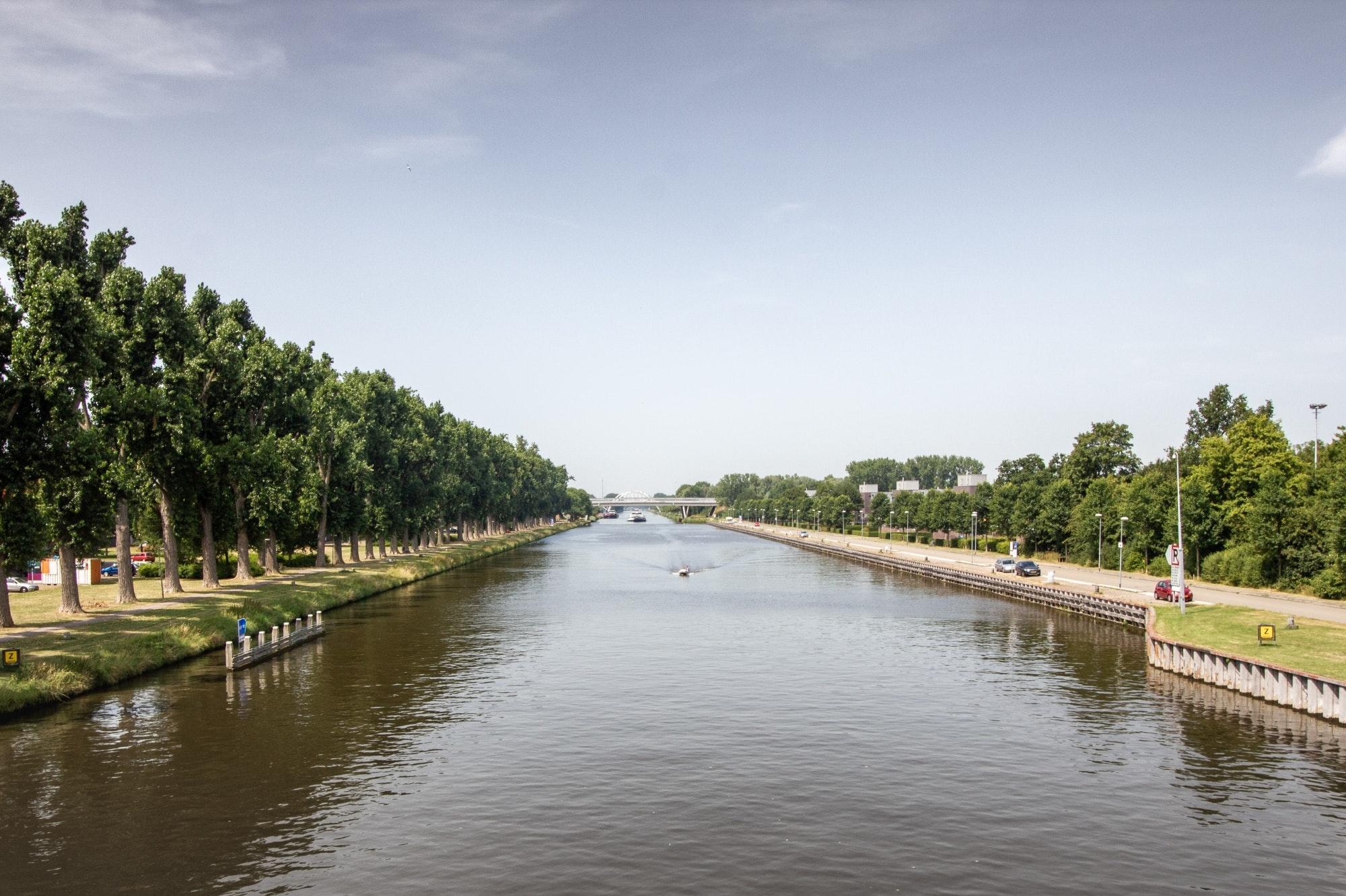 De hoofdvaarweg Lemmer - Delfzijl is dan wel 1 vaarweg, maar bestaat uit 3 kanalen. (Foto Rijkswaterstaat)