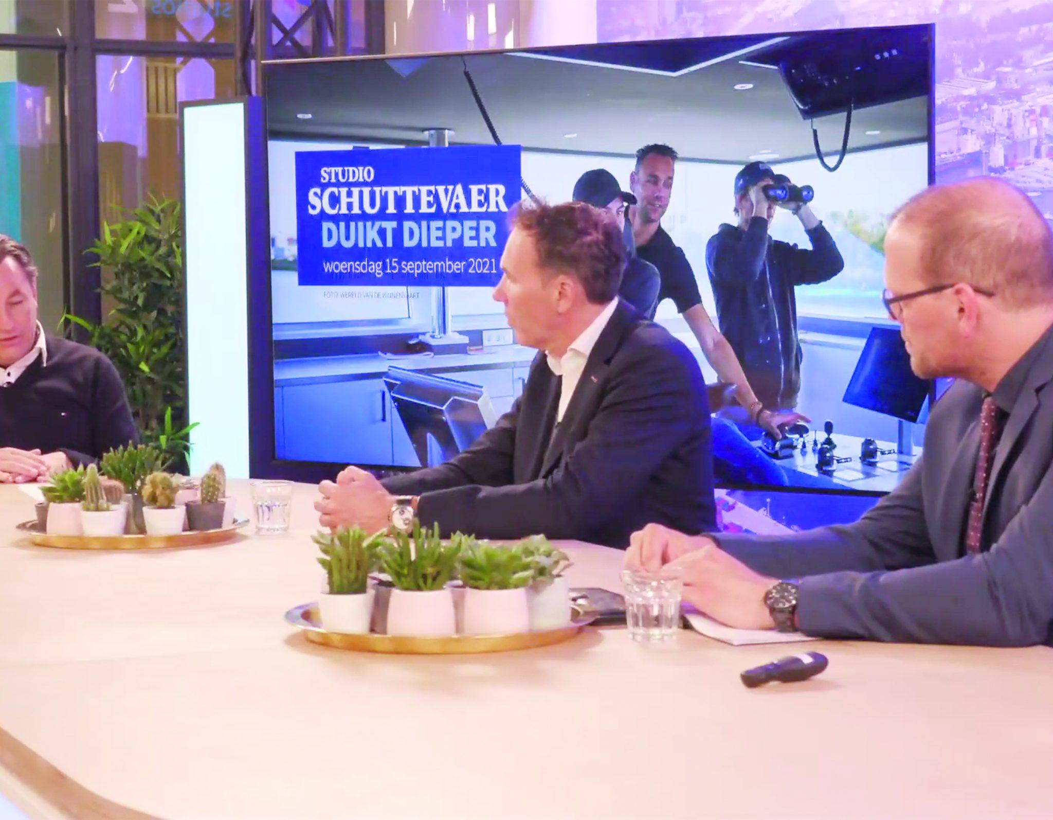 Edwin Verberght (rechts) en Tonny van Strien (midden) aan tafel bij Studio Schuttevaer Duikt Dieper. (Beeld uit uitzending)