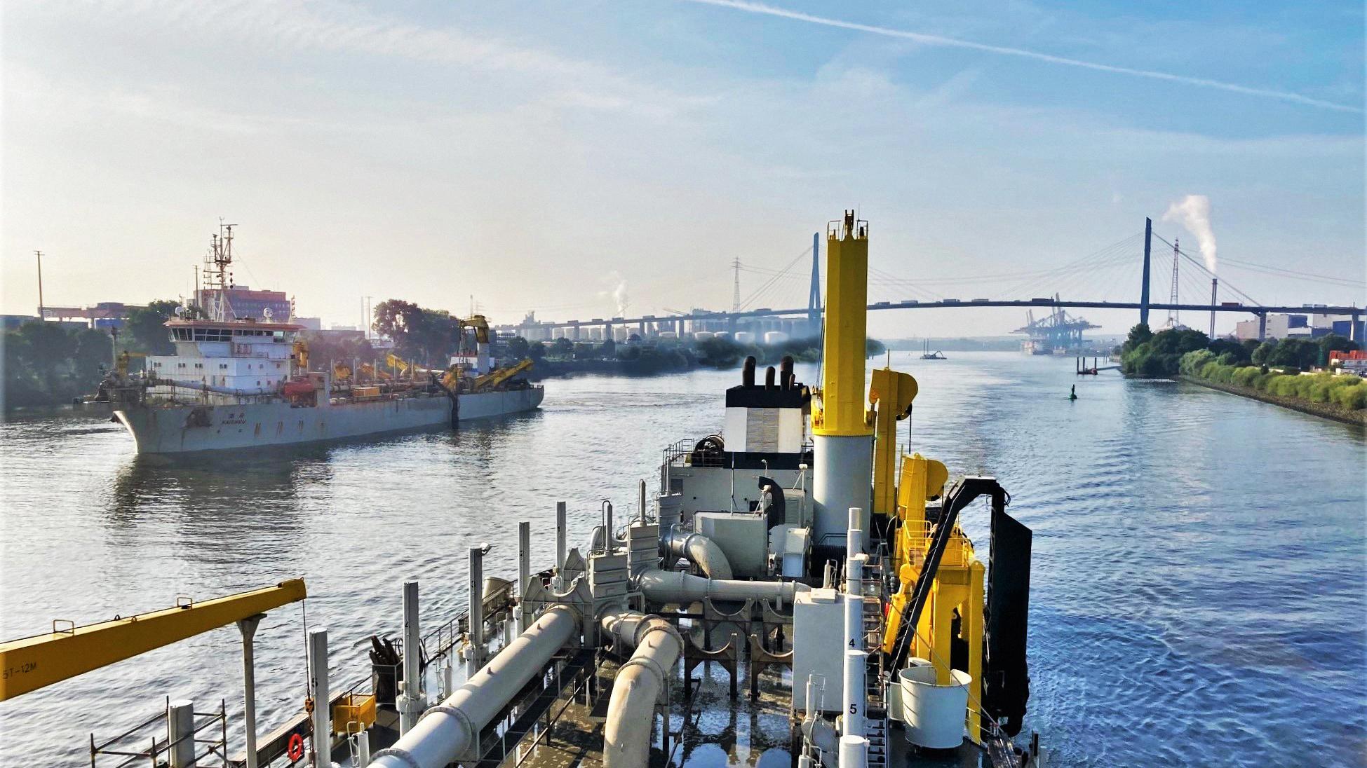 Uitsluitend biobrandstof wordt gebruikt bij het baggeronderhoud in de haven van Hamburg. (Foto Jan De Nul)
