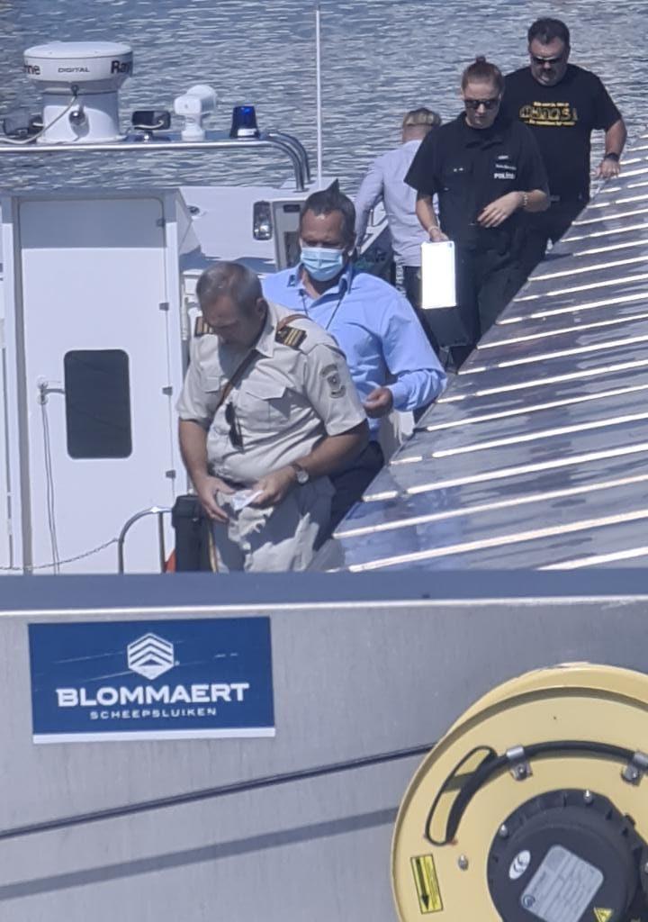 'Er loopt douane, politie echt van alles op mijn schip.' (Foto Michel den Boer)