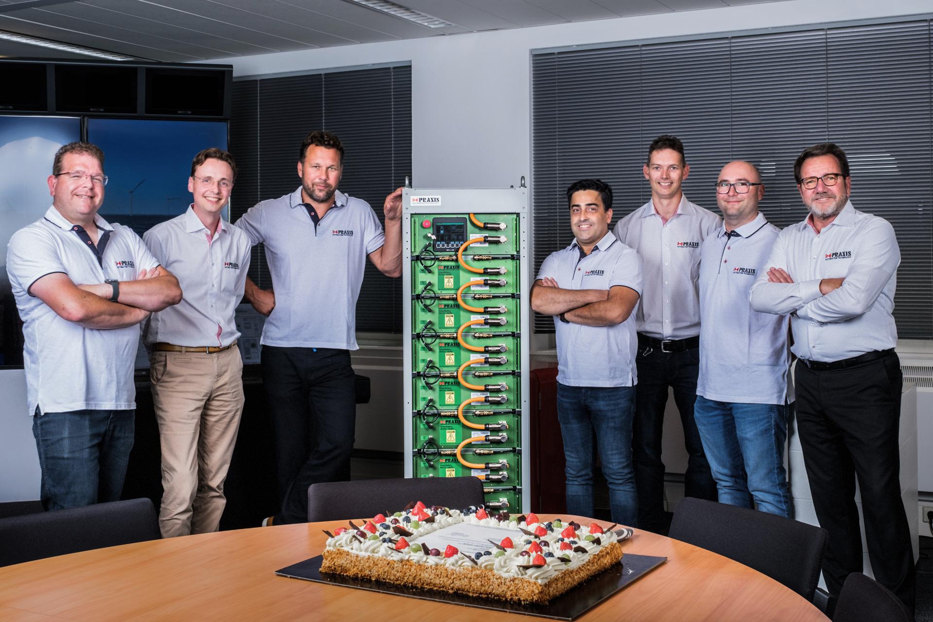Het team van Praxis Automation samen met de batterij. (Foto Praxis Automation)