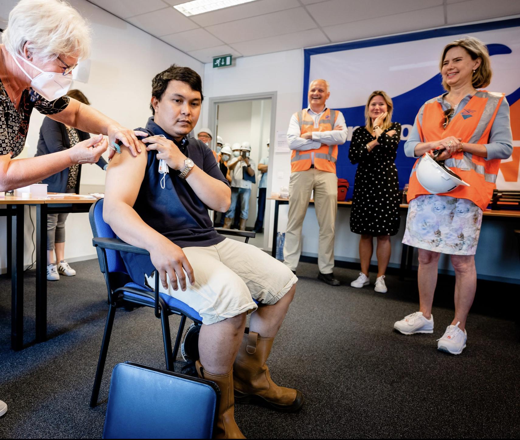 Cora van Nieuwenhuizen, hier nog als minister, aanwezig bij vaccinatie van zeevarenden. (Foto KVNR)