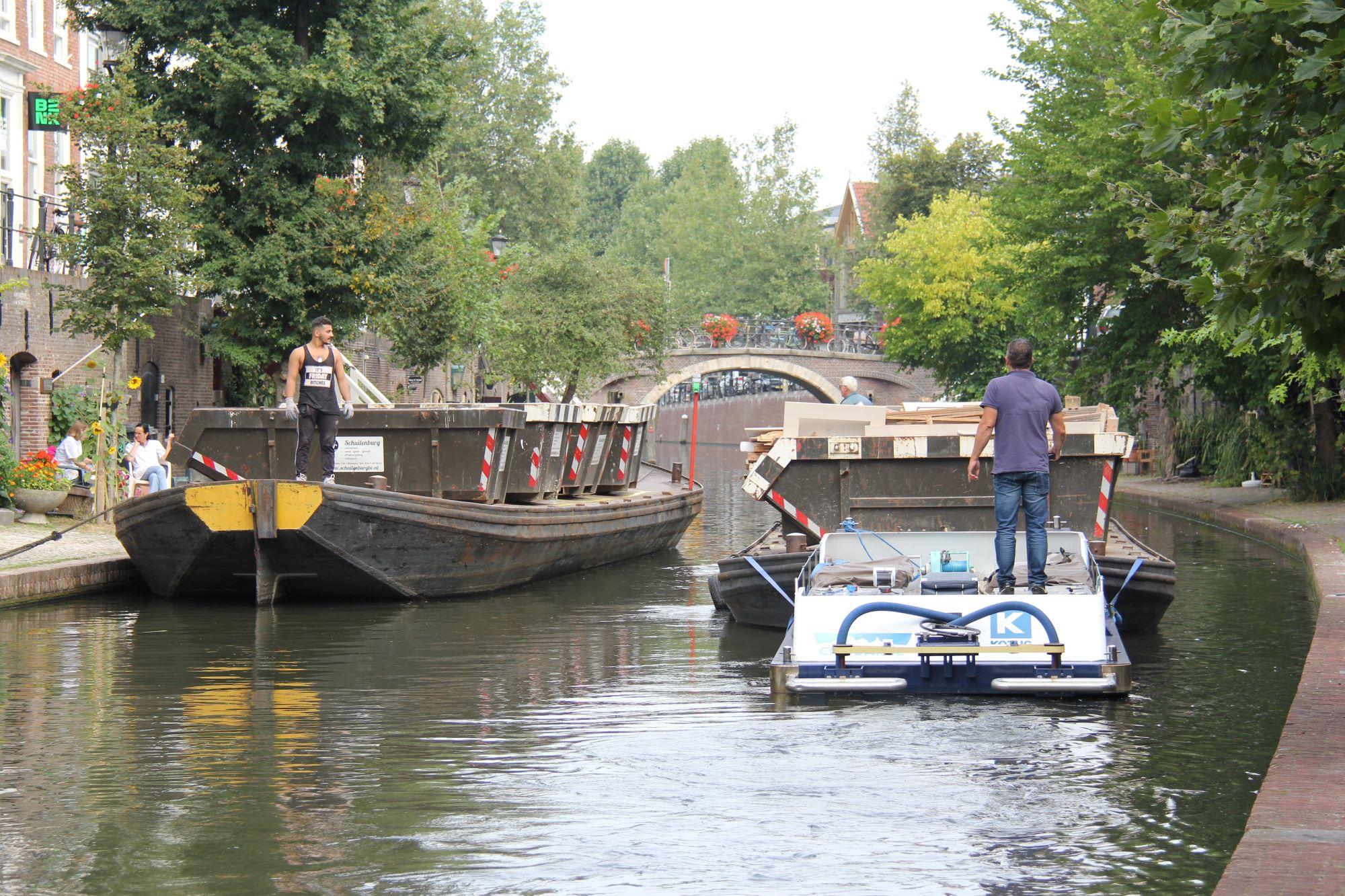 Een transport over water vervangt negen transporten over de weg. (Foto Gemeente Utrecht)
