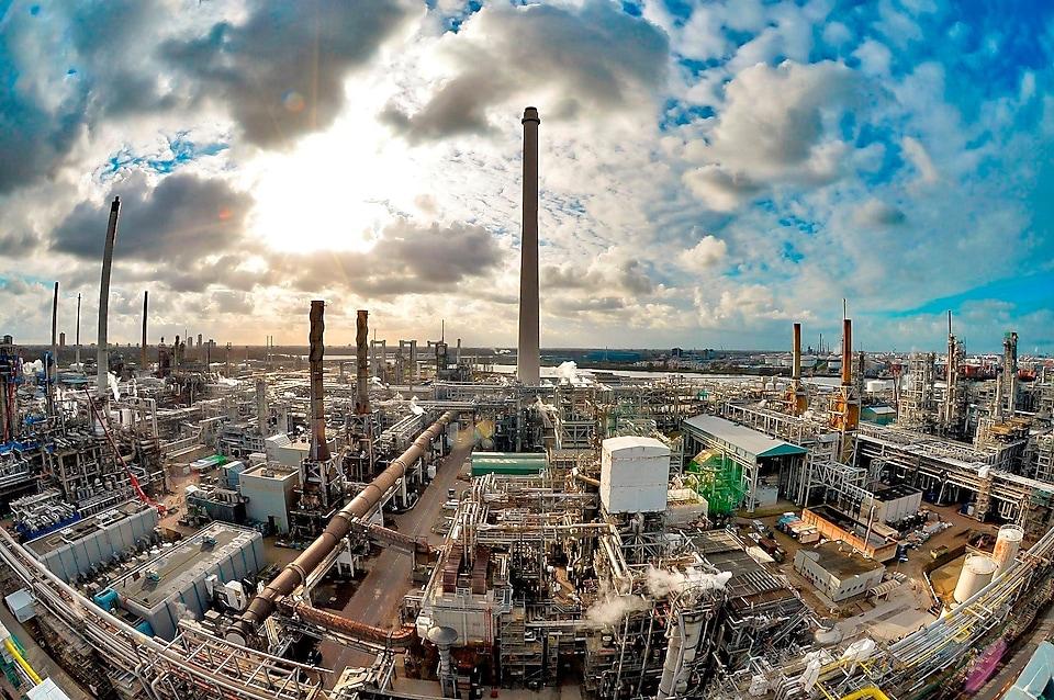 Shell gaat de fabriek bouwen op het eigen raffinaderij terrein. (Foto Shell)