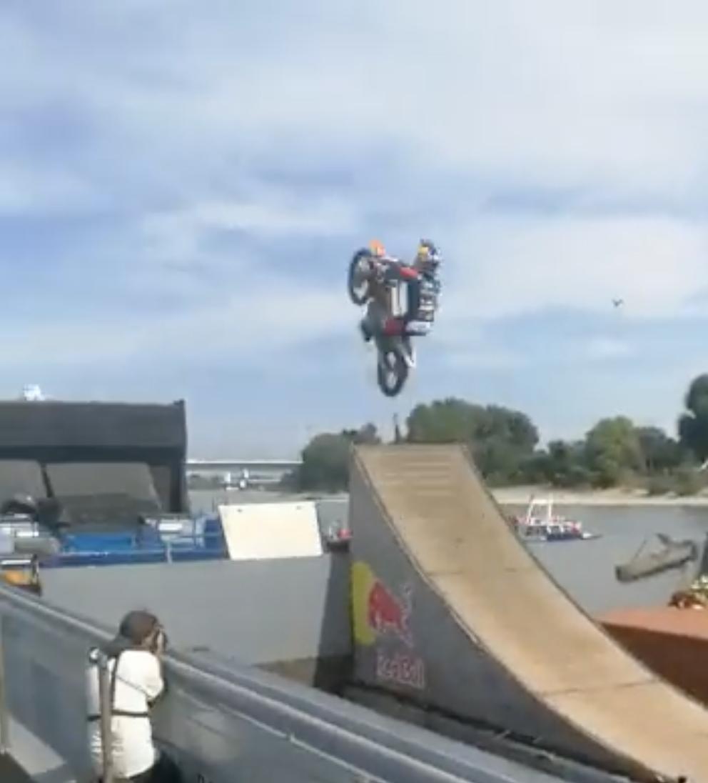 De vliegende motorcrosser waagt zich aan een salto. (Beeld Twitter)