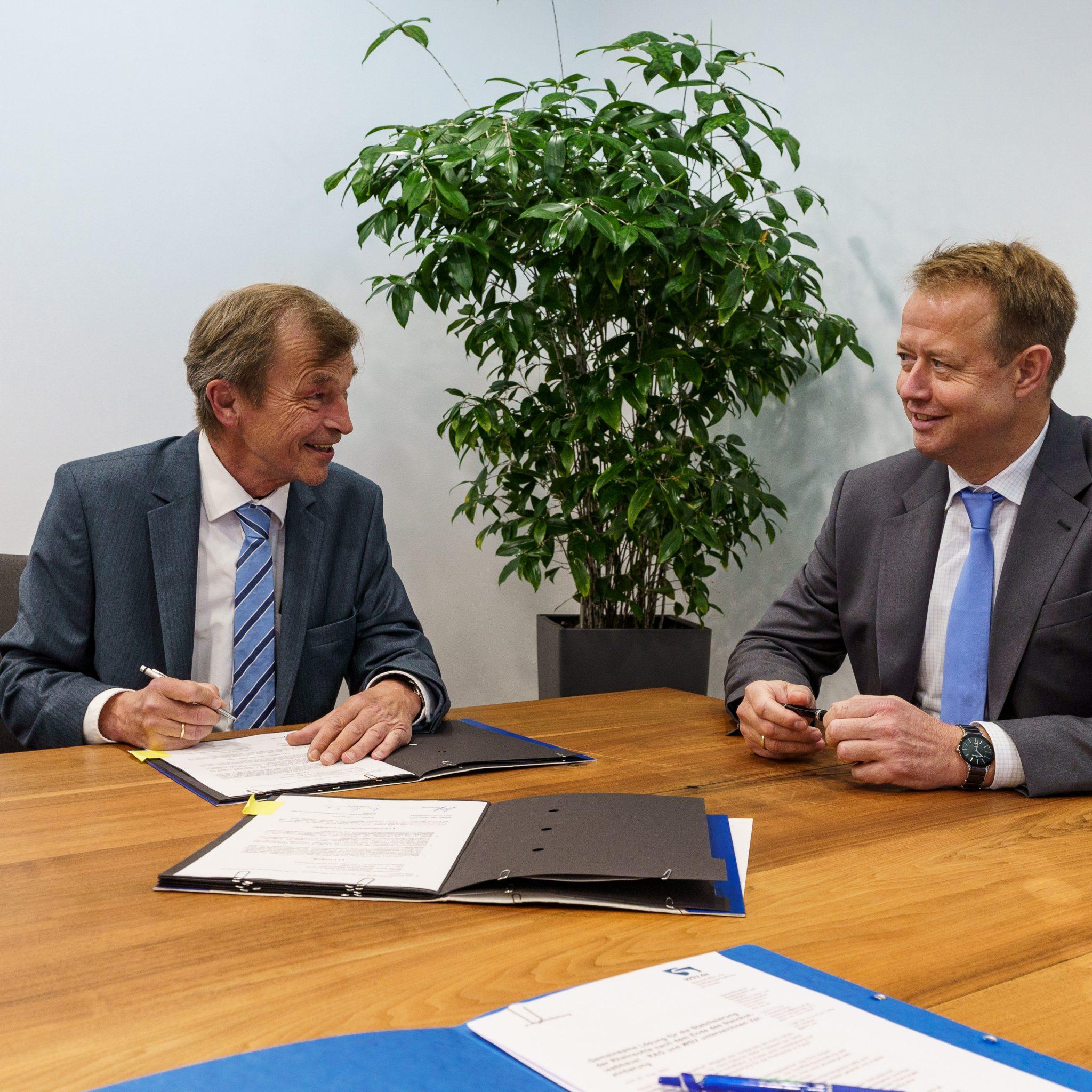 Hans-Heinrich Witte, president van de Generaldirektion Wasserstraßen und Schifffahrt (l) en directielid Michael Kalthoff van RAG AG.