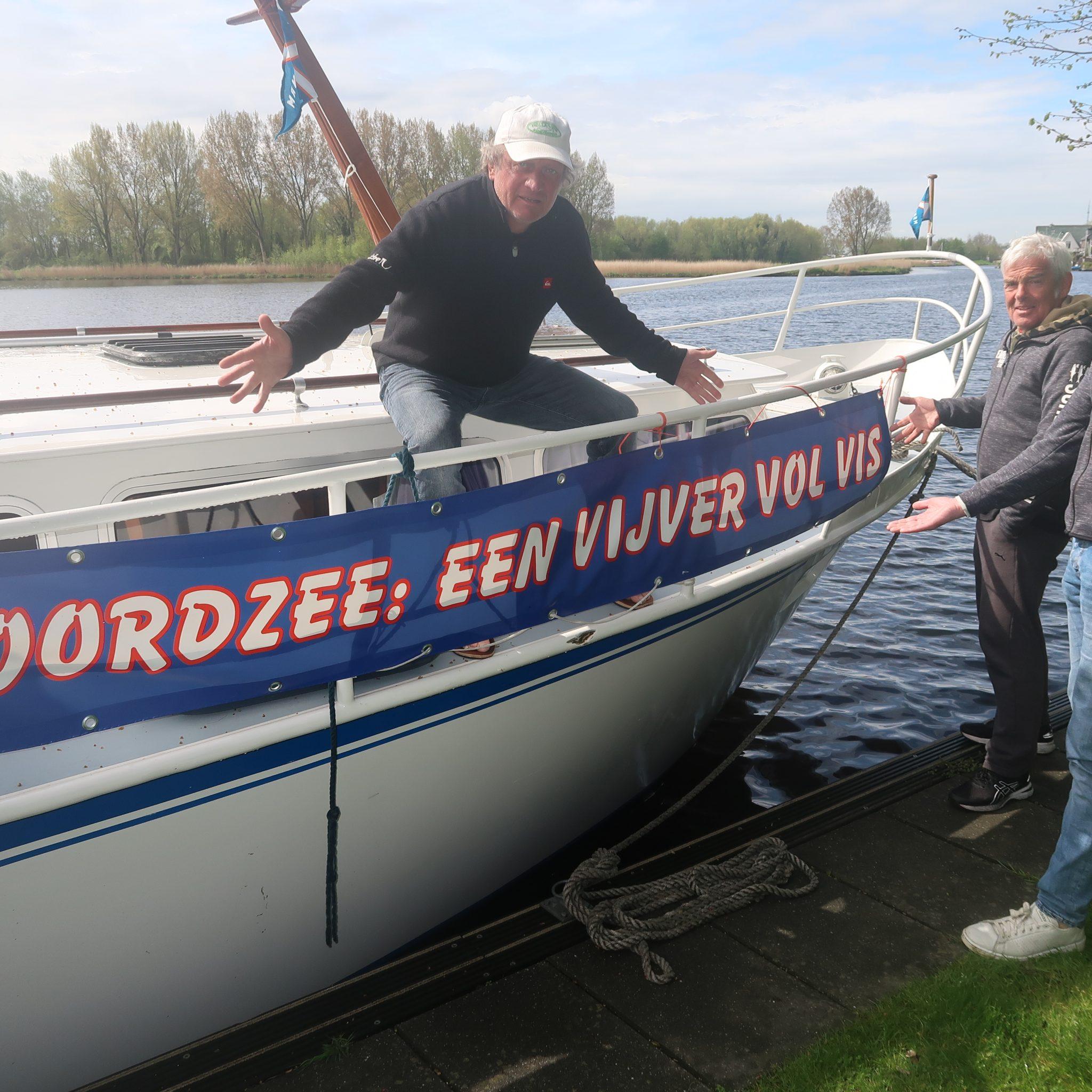 Afgemeerd in Warmond wordt Arnaud Pronk (links) geflankeerd door medereizigers Machiel de Graaf en Ralph Kattenburg. (Foto W.M. den Heijer)