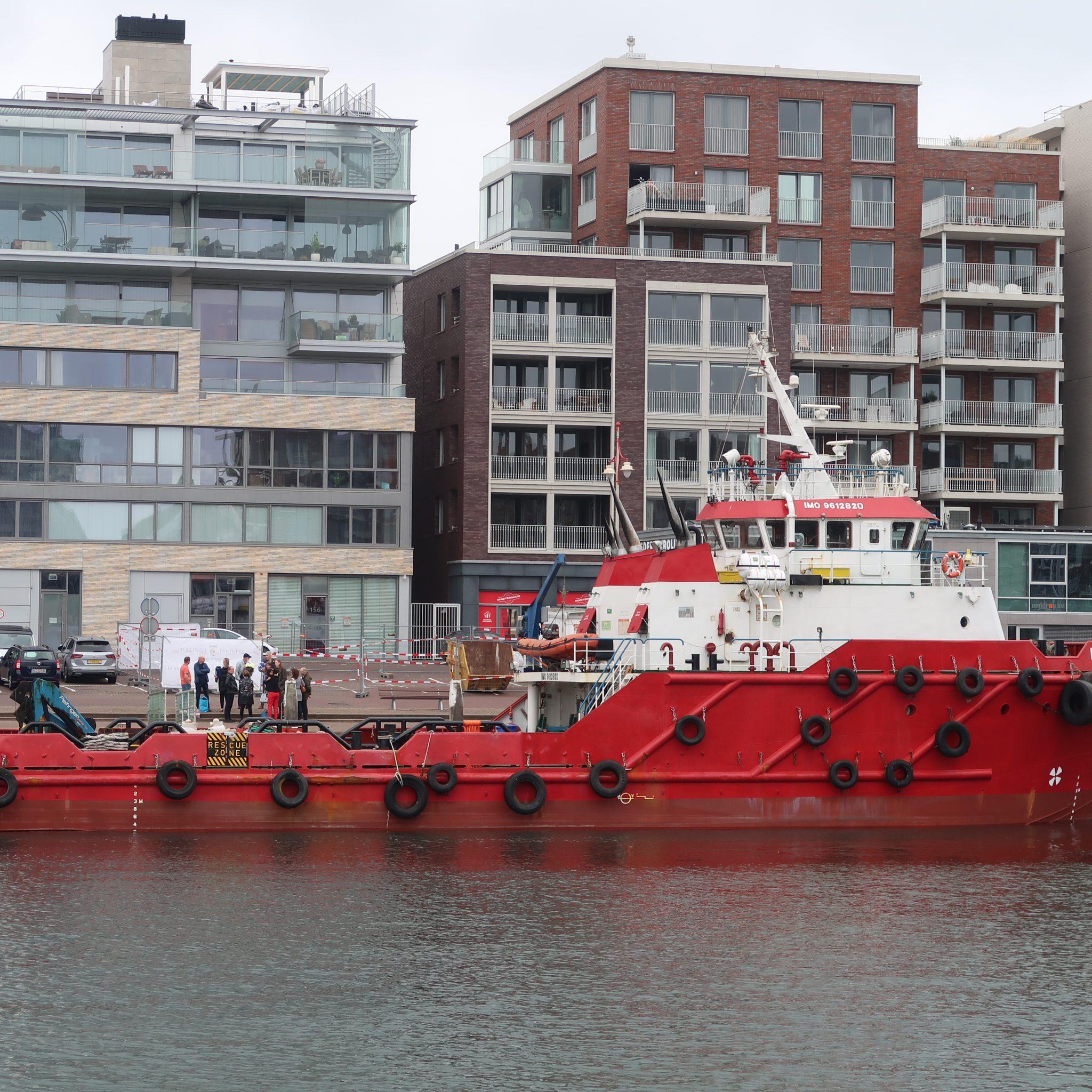 De Estrella ligt ter voorbereiding op haar taak als tender afgemeerd in de Tweede Haven van Scheveningen. (Foto W.M. den Heijer)