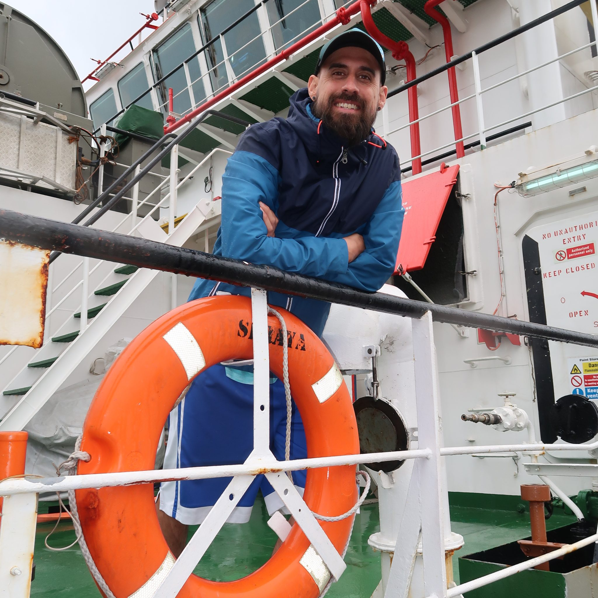 De Spaanse noise-monitoring-operator aan boord van het anchor-handling vaartuig Seraya. (Foto W.M. den Heijer)