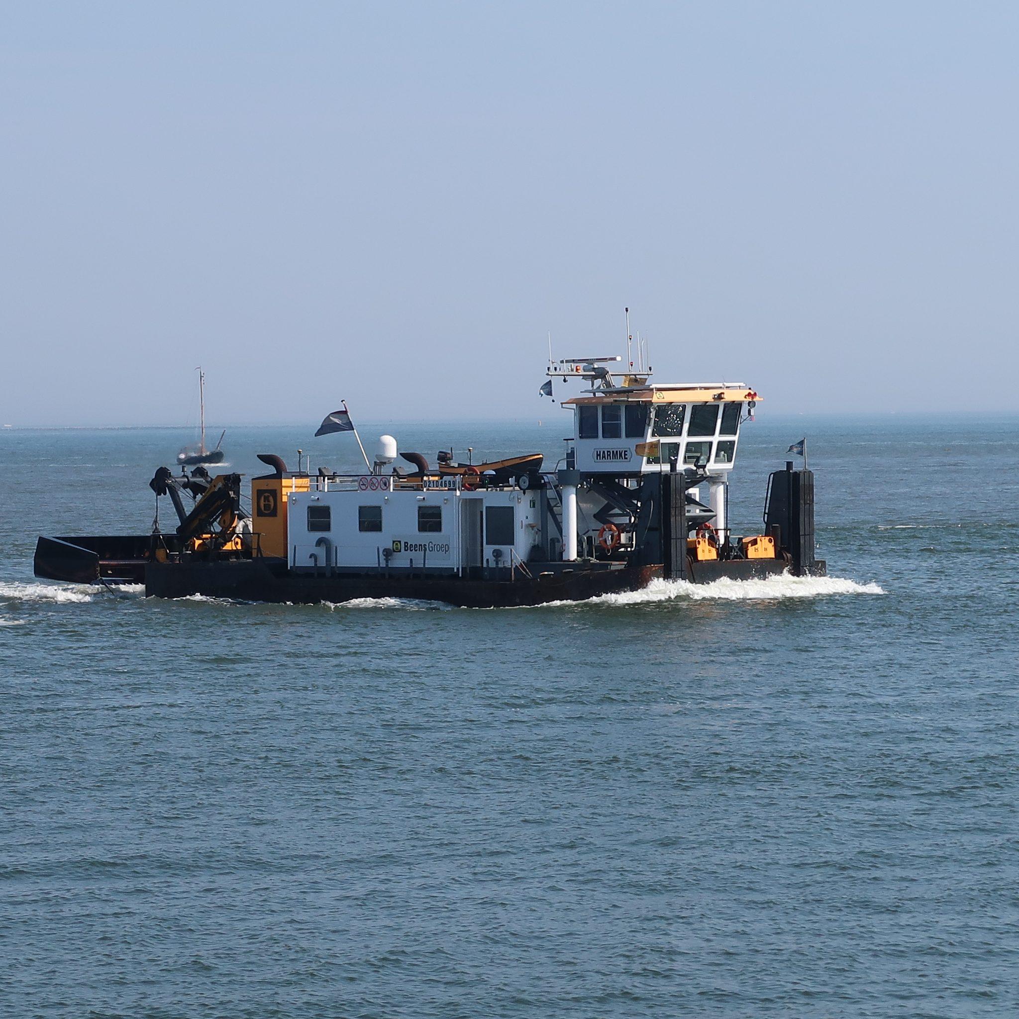 De Harmke zorgt dat de bodem van de haveningang van de marine egaal blijft. (Foto W.M. den Heijer)