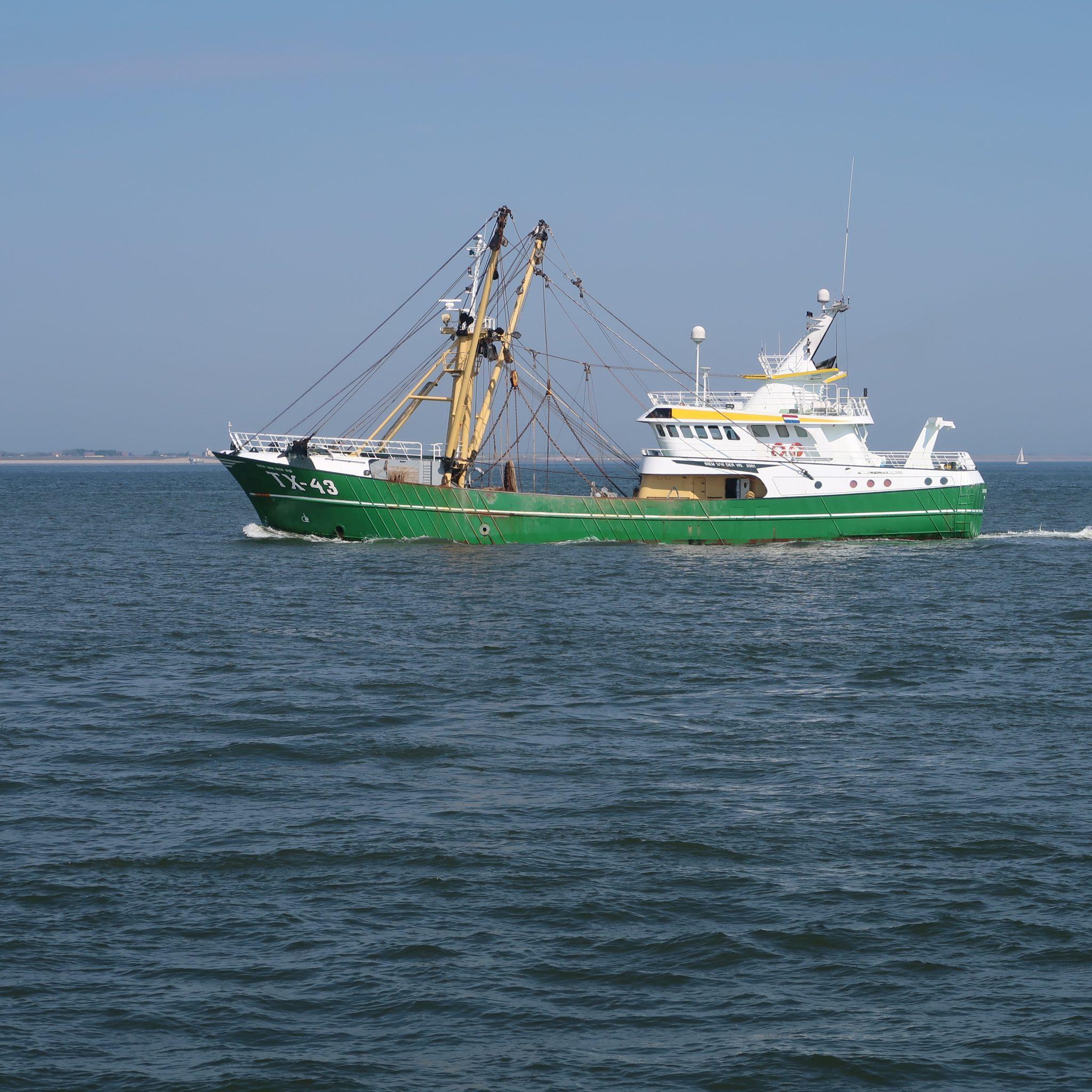 De TX-43 van rederij Bais na een korte stop weer op weg naar de visgronden. (Foto W.M. den Heijer)