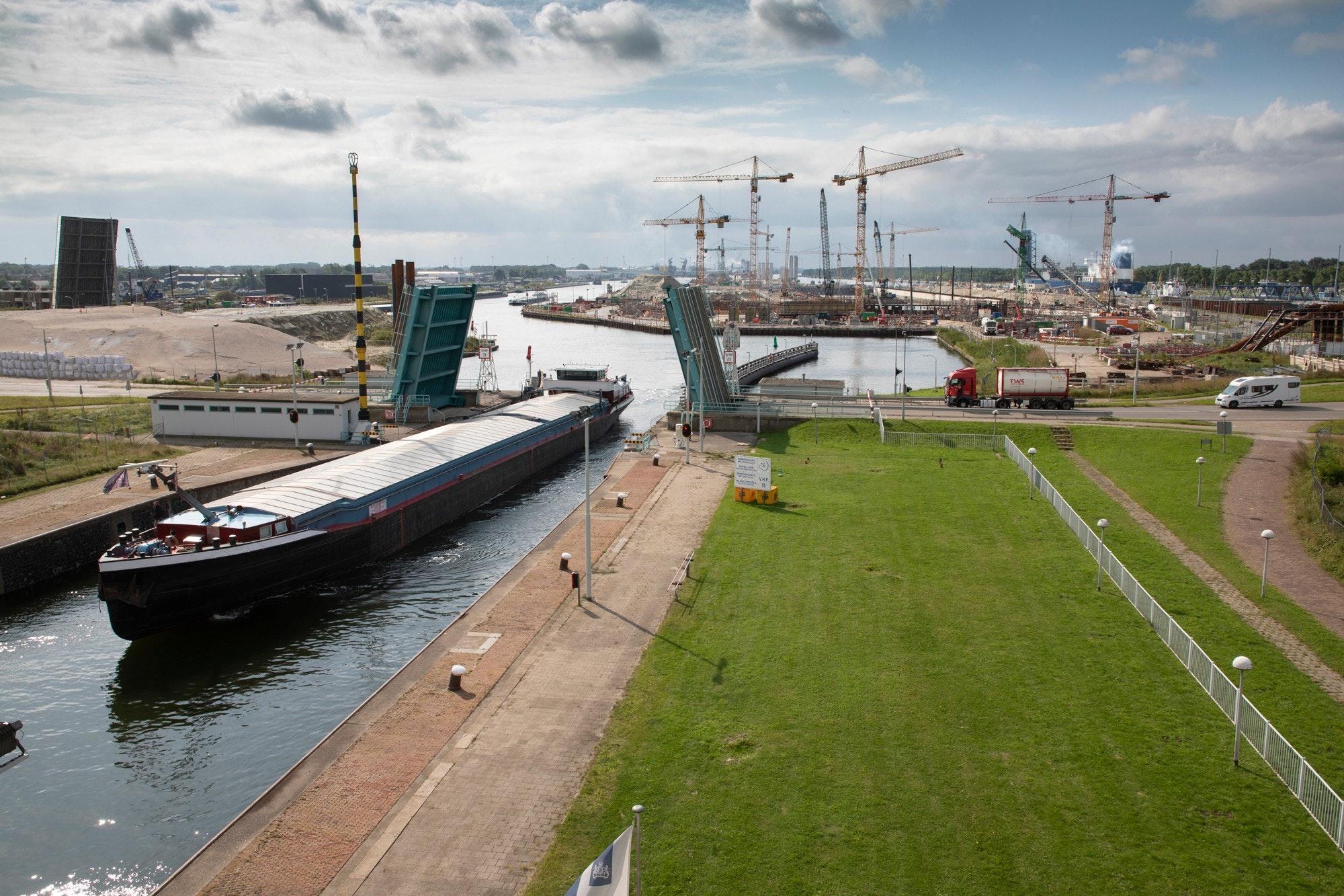 Middensluis Kapitein Rooiboskanaal en in de verte de bouw van de Nieuwe Sluis. (Foto Rijkswaterstaat)