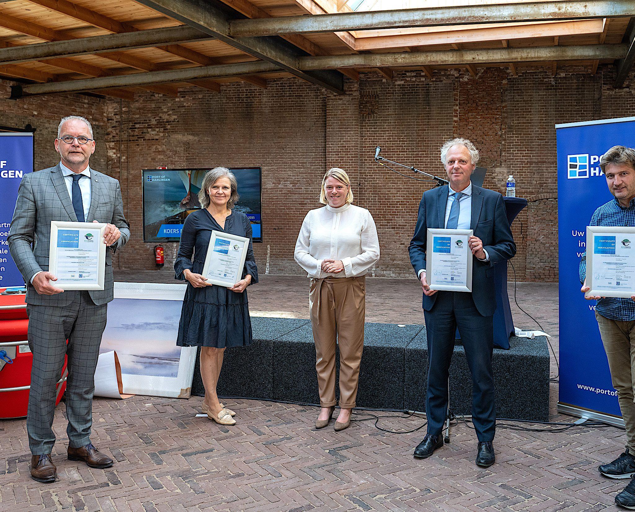 Tussen de afgevaardigden van de havens staat Anne-Wil Lucas, de nieuwe voorzitter van de Raad van Advies. (Foto Joachim de Ruijter)