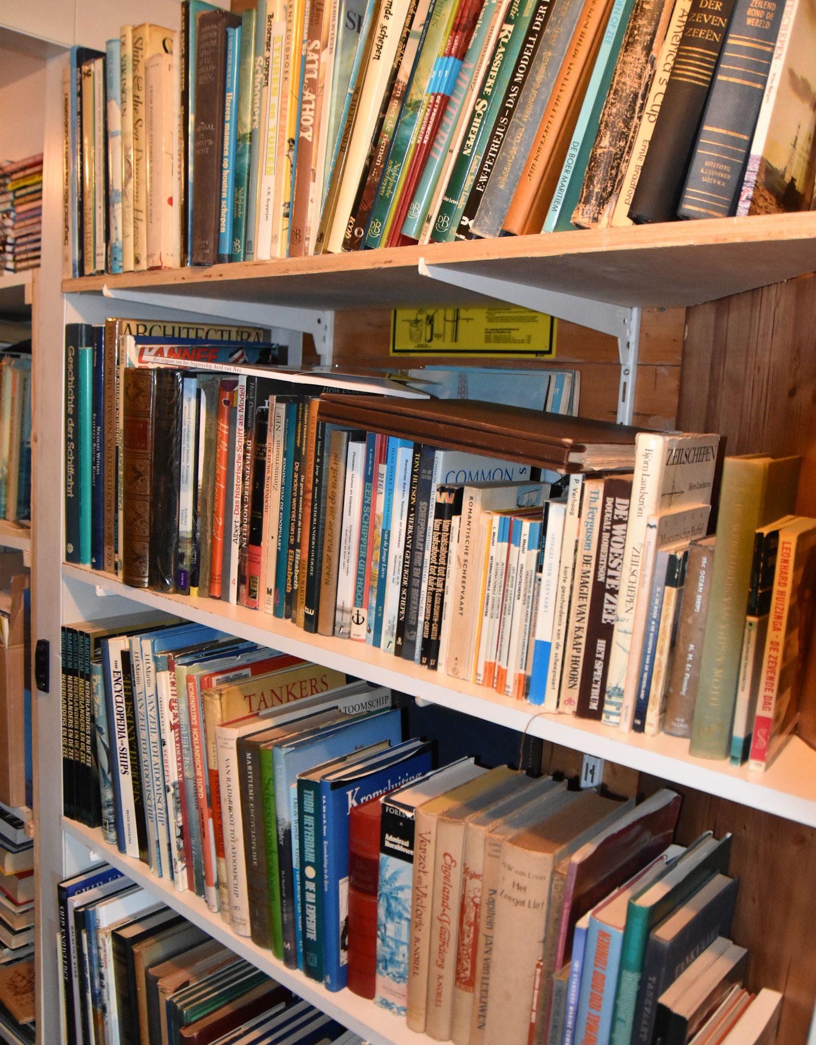 Honderden boeken zijn er te koop. (Foto De Binnenvaart)