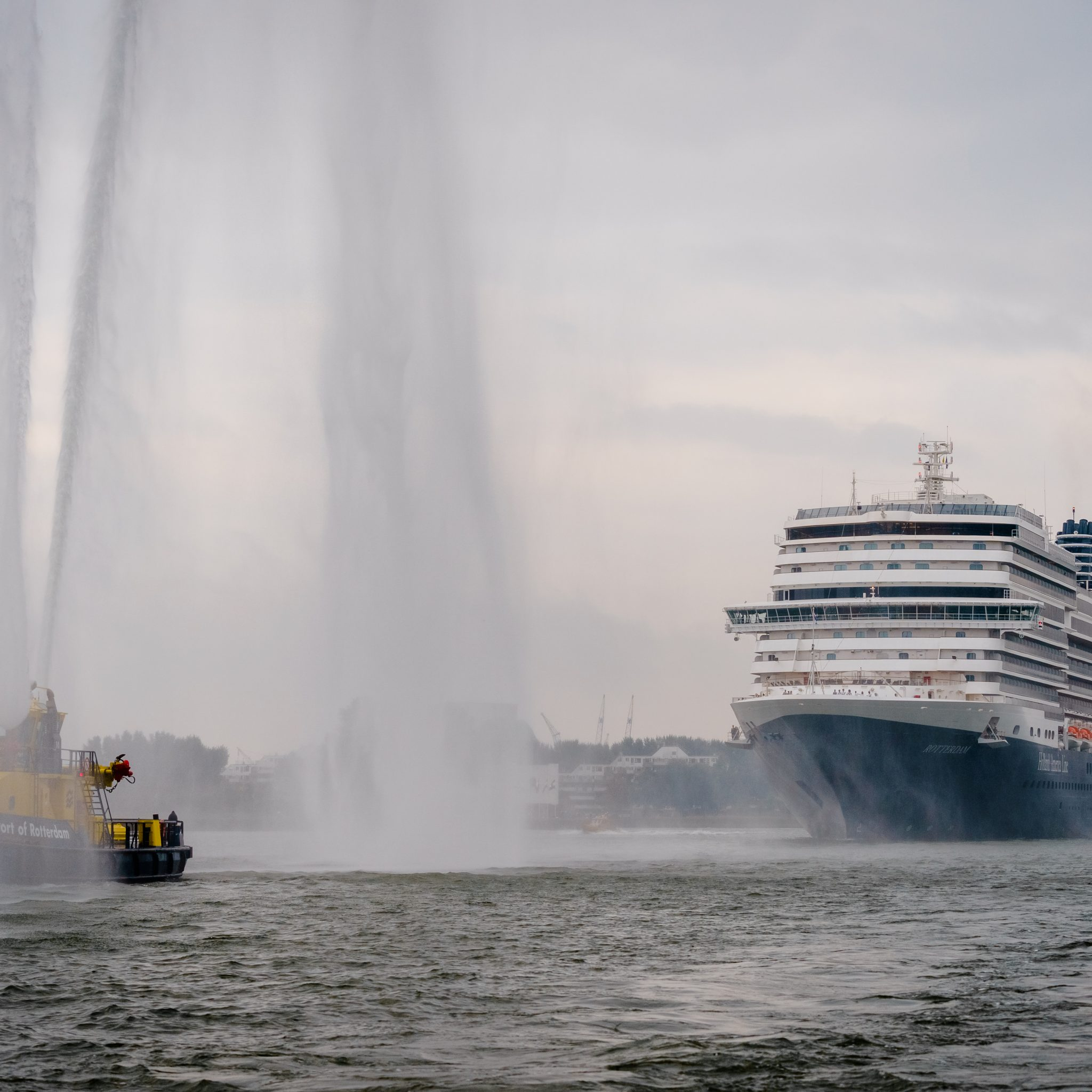 Een waar spektakel bij de Rotterdamse Erasmusbrug. De Rotterdam VII werd enthousiast onthaald. (Foto ANP)