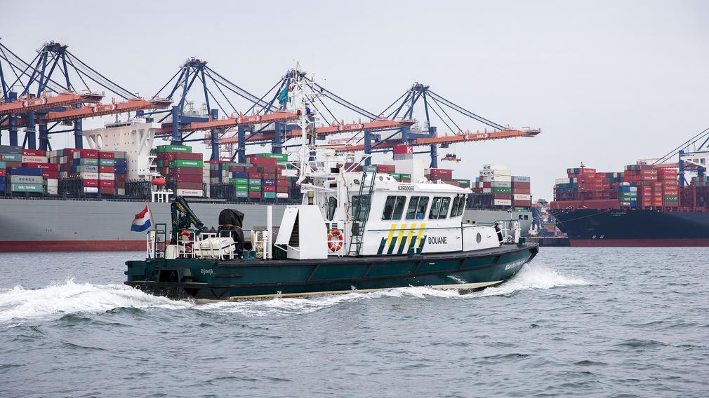 De douane patrouilleert op de Maasvlakte. (Foto Belastingdienst)
