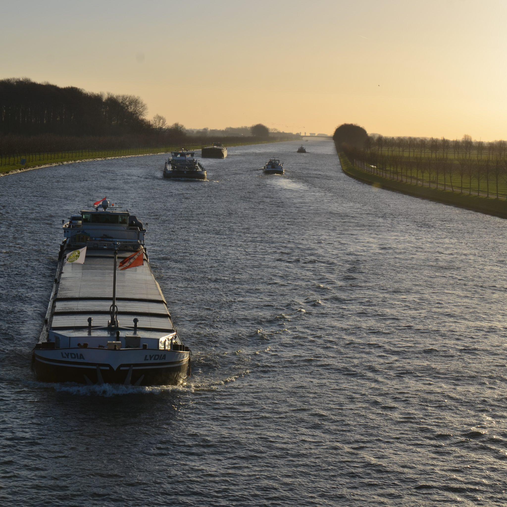 Een drukke dag op het Amsterdam-Rijnkanaal. (Foto Wikimedia/Henk Monster)