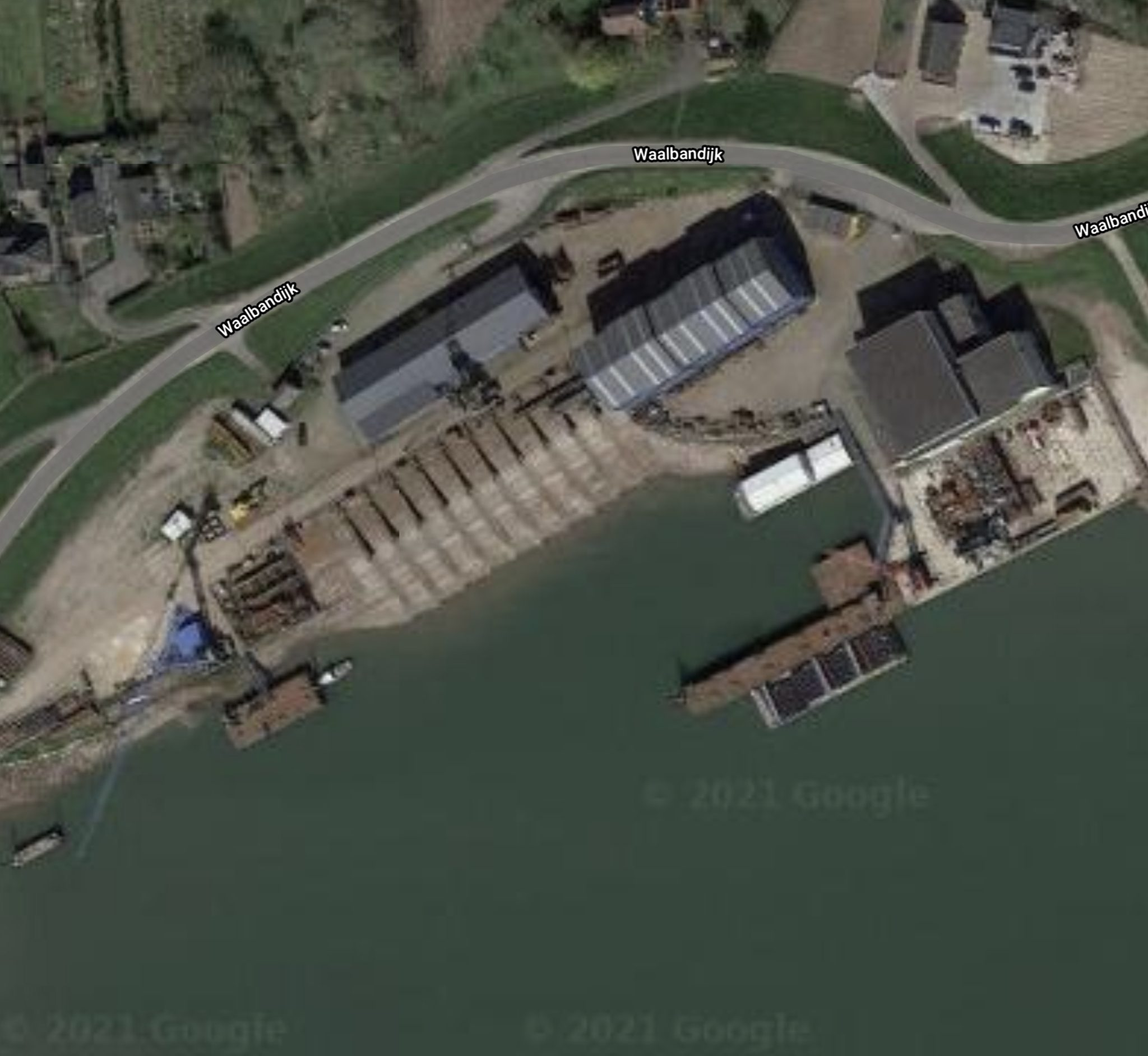 Het COA wil dat in de haven van de voormalige Scheepswerf Doodewaard 300 tot 400 vluchtelingen op twee riviercruiseschepen worden gehuisvest. (Foto Google Maps)