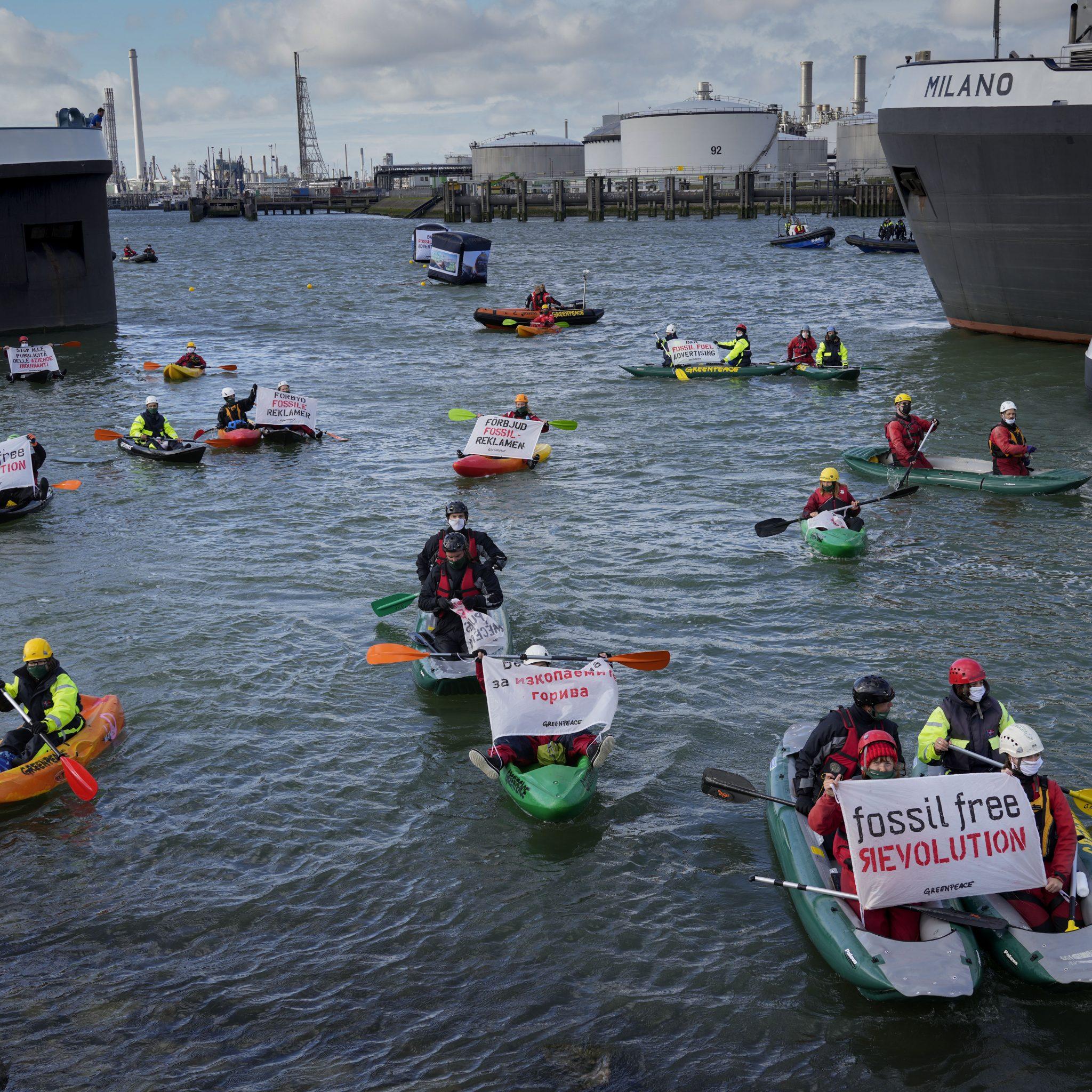 Het protest van Greenpeace zorgde voor hinder voor de scheepvaart. (Foto AP Photo/Peter Dejong)