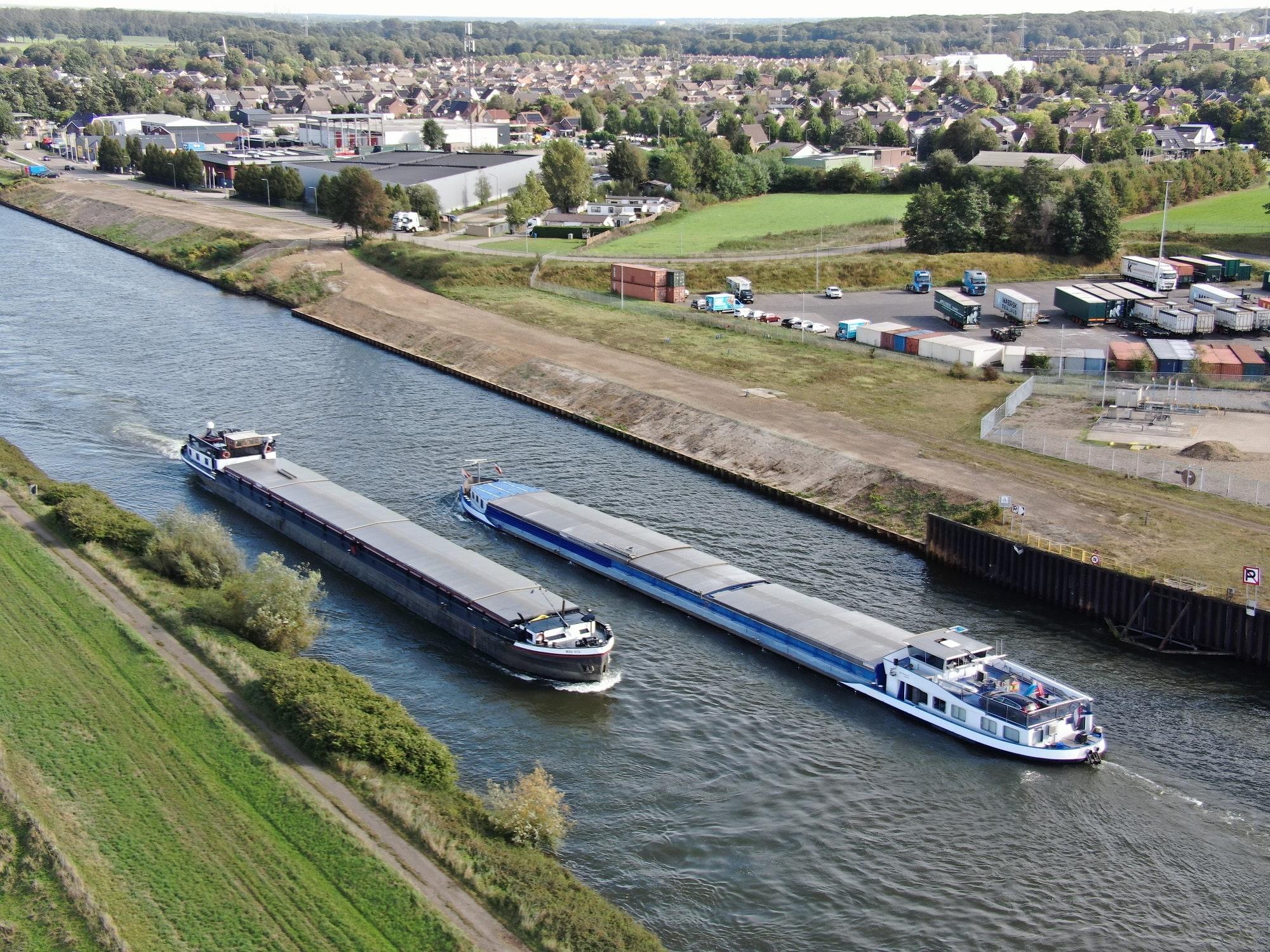 Door de verruiming kunnen schepen van 190 meter lang naar de haven van Stein. (Foto Rijkswaterstaat)