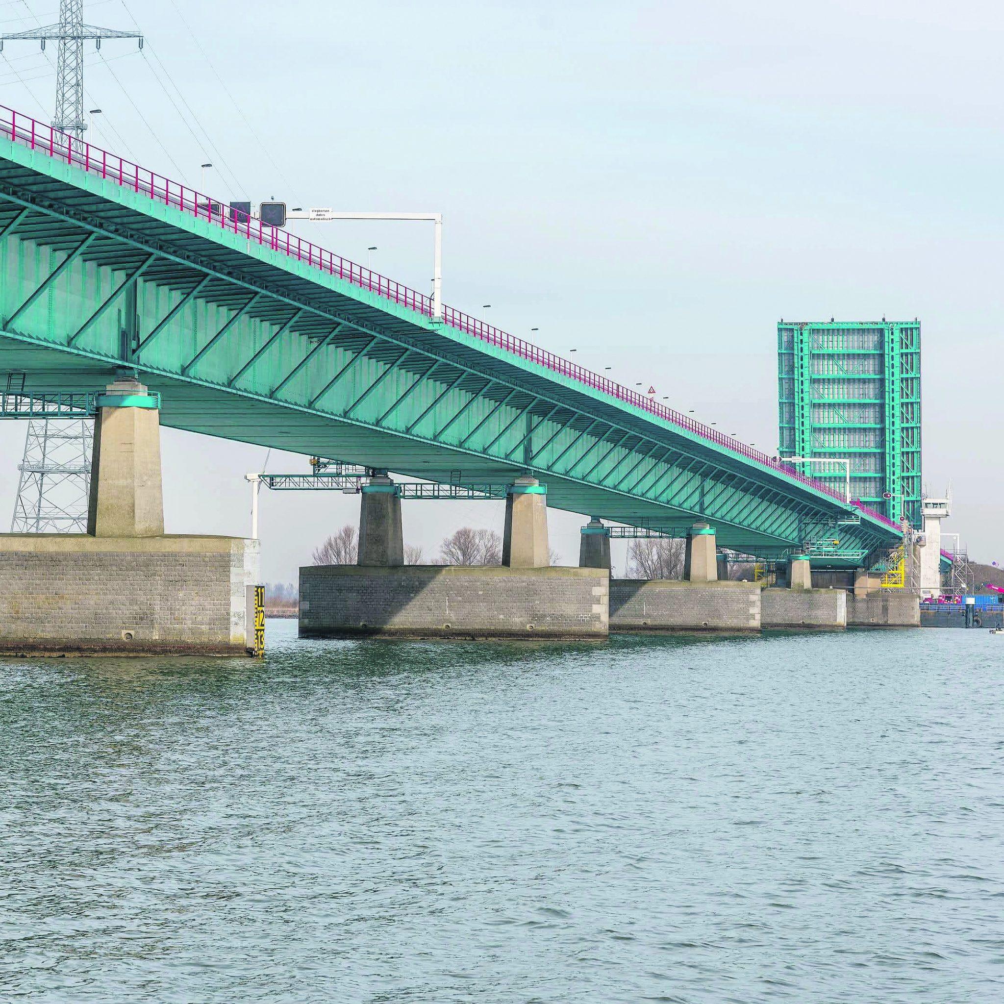 De Haringvlietbrug gaat nu weer open op vrijdag en zondag. (Foto Rijkswaterstaat)