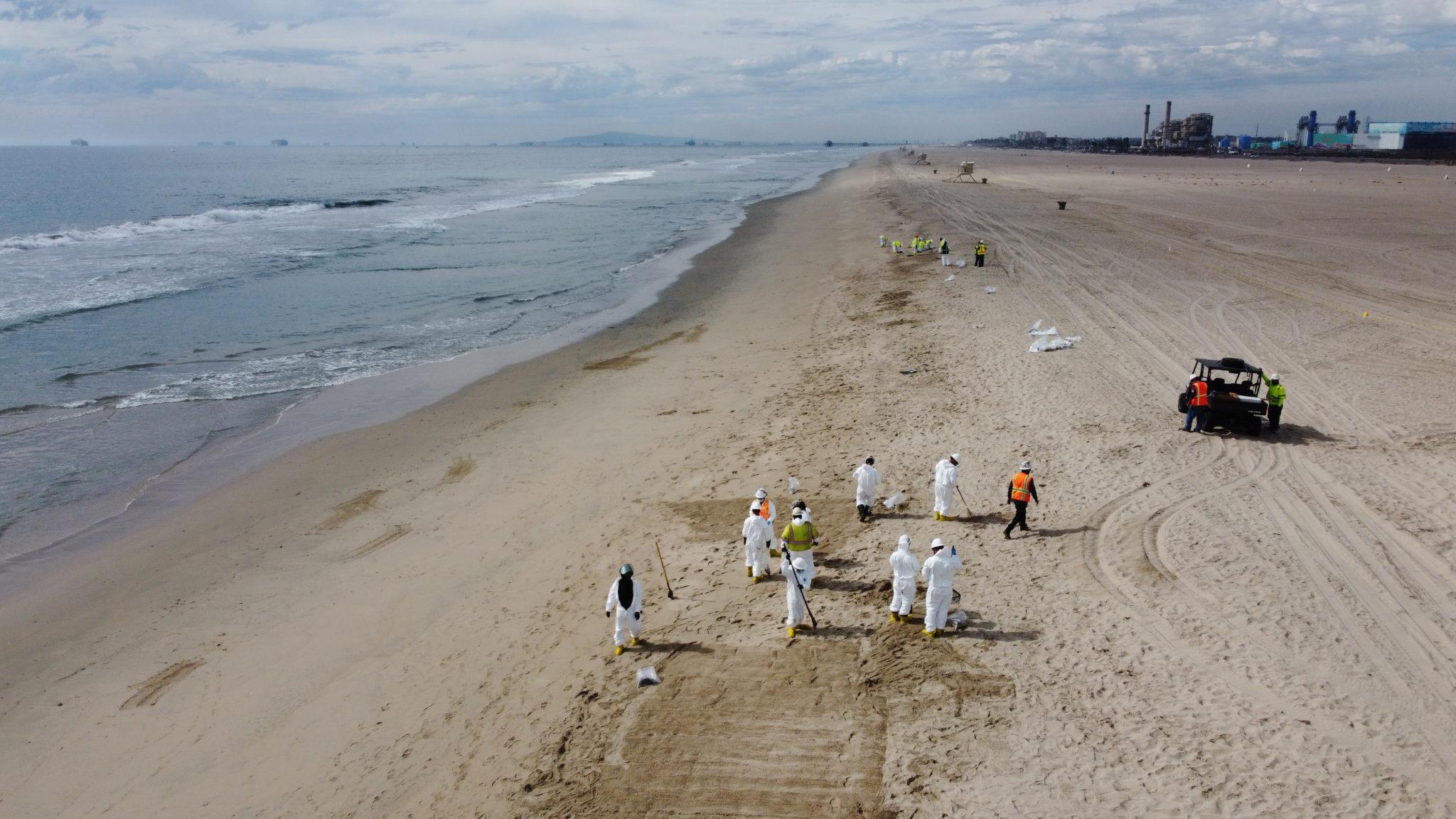 Er wordt flink opgeruimd op de kusten van Orange County. (Foto Southern California Spill Response)